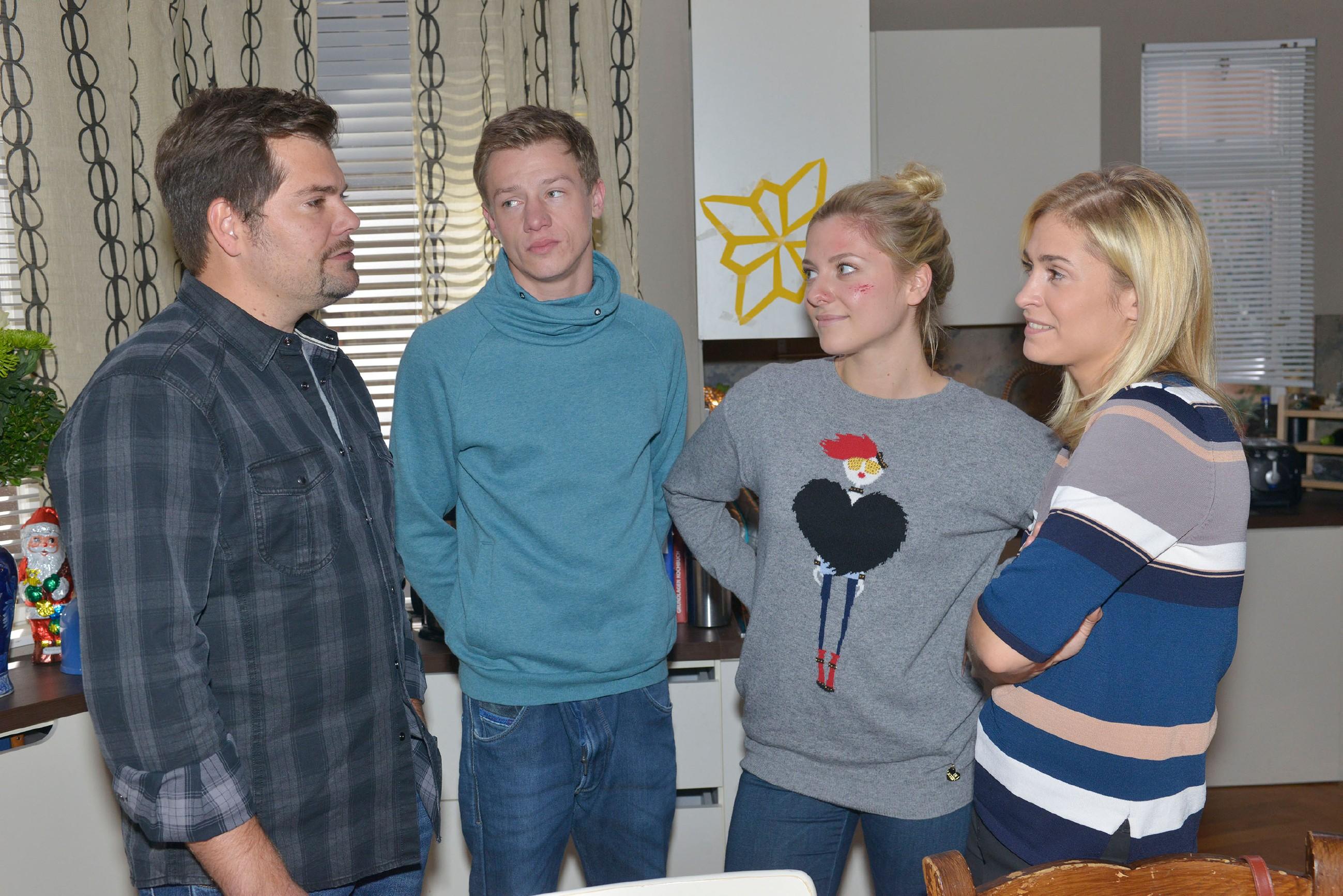 Leon (Daniel Fehlow, l.), Vince (Vincent Krüger), Sunny (Valentina Pahde) und Sophie (Lea Marlen Woitack, r.) hoffen auf ein harmonisches Weihnachtsfest.