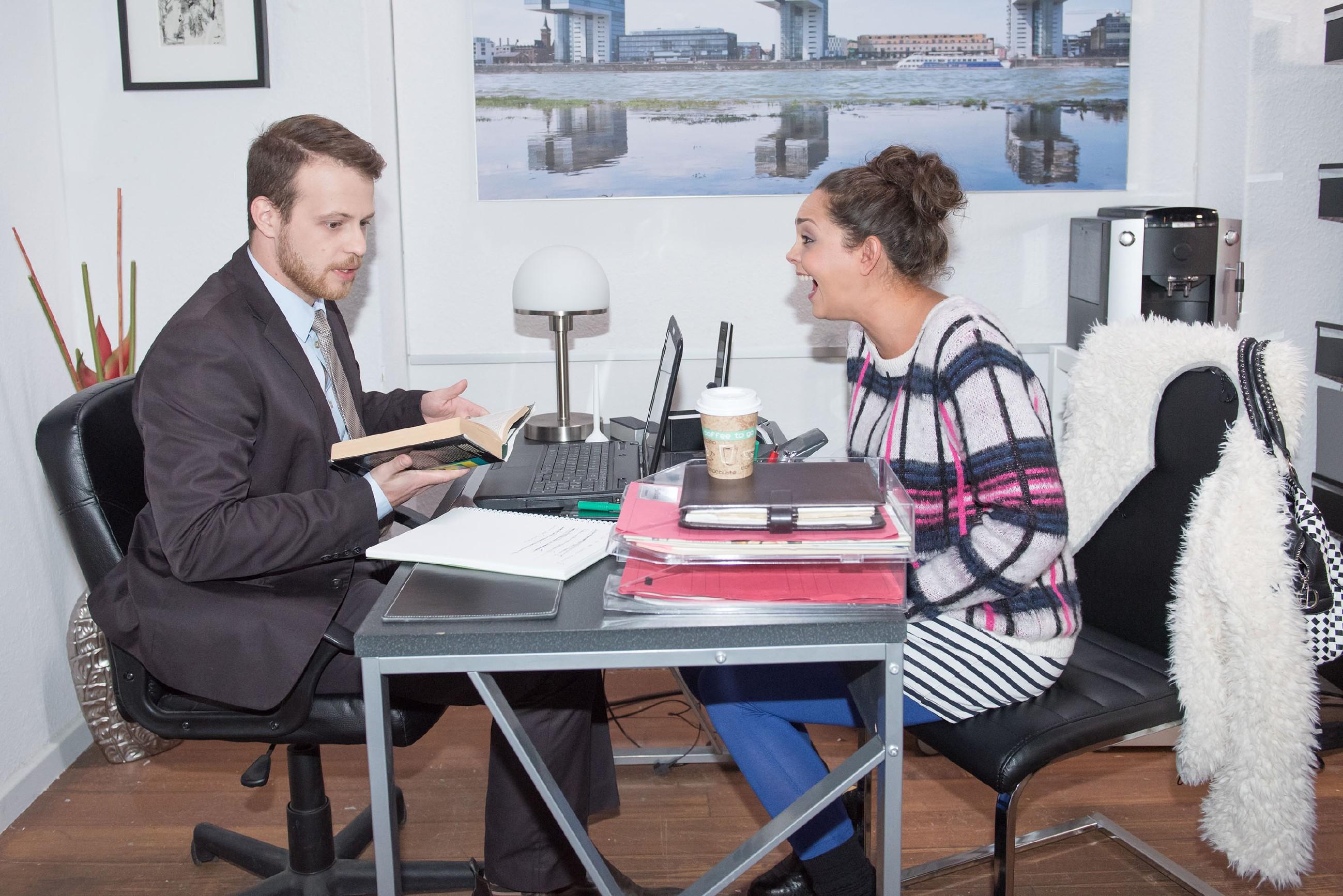 Tobias (Patrick Müller) ist genervt von Caro (Ines Kurenbach), die ihn mit ihren Klagen über Britta von der Mandanten-Akquise abhält. (Quelle: RTL / Stefan Behrens)