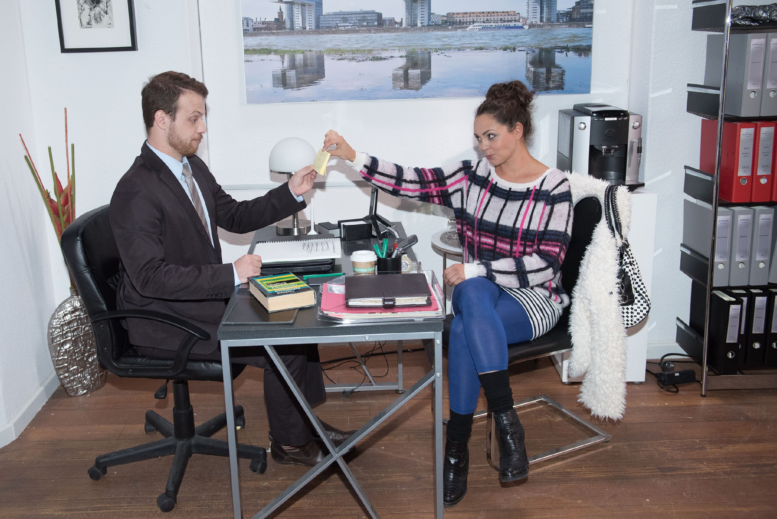 Caro (Ines Kurenbach) verblüfft Tobias (Patrick Müller) mit einer besseren Idee für einen Werbeslogan. (Quelle: RTL / Stefan Behrens)
