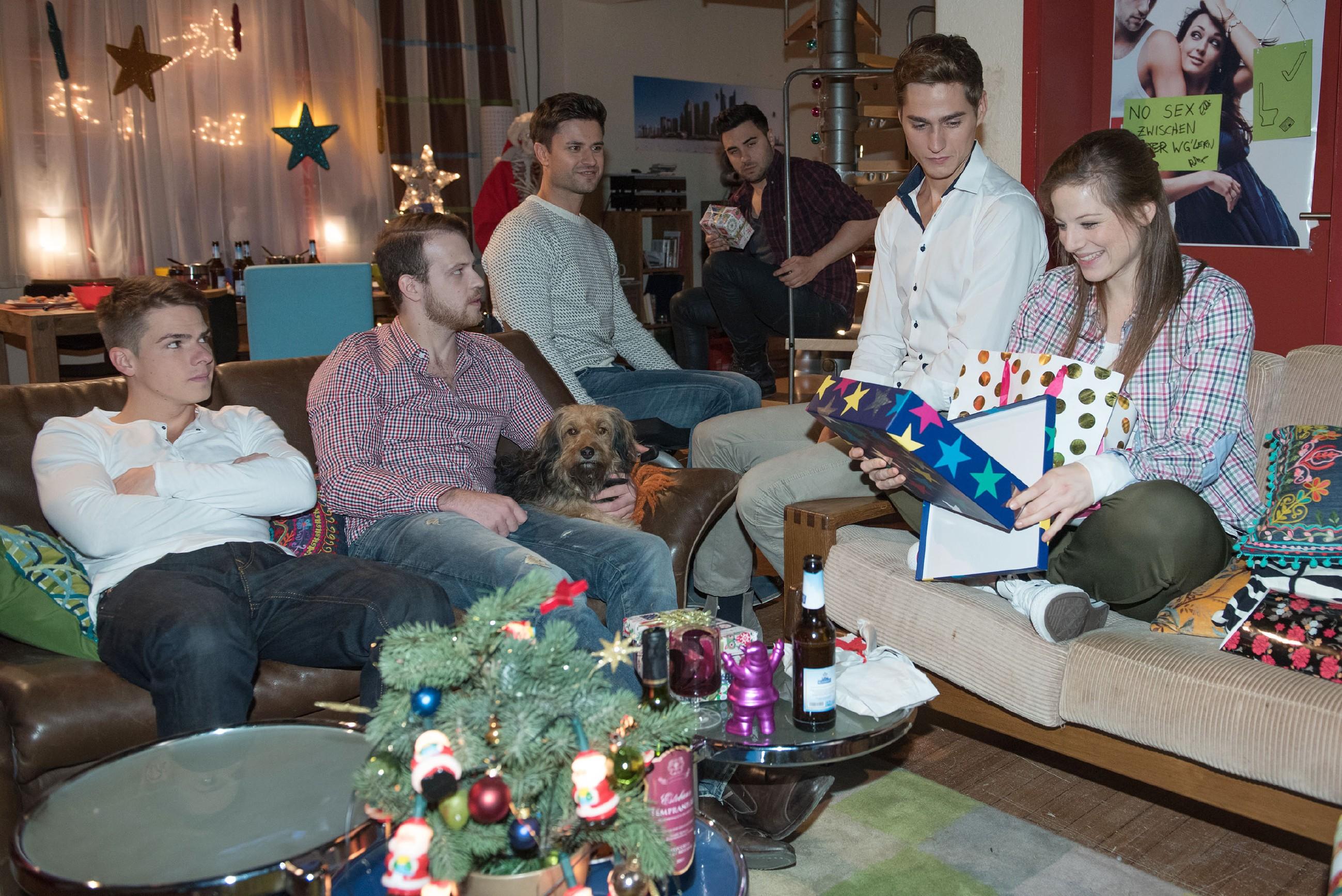 Elli (Nora Koppen) bringt (v.l.) Moritz (Marvin Linke), Tobias (Patrick Müller), Paco (Milos Vukovic), Easy (Lars Steinhöfel) und Ringo (Timothy Boldt) in Bedrängnis, weil sie für jeden von ihnen ein Weihnachtsgeschenk besorgt hat - während Ringo und Paco zu Ellis Überraschung unabhängig voneinander das gleiche Geschenk für sie besorgt haben... (Quelle: RTL / Stefan Behrens)