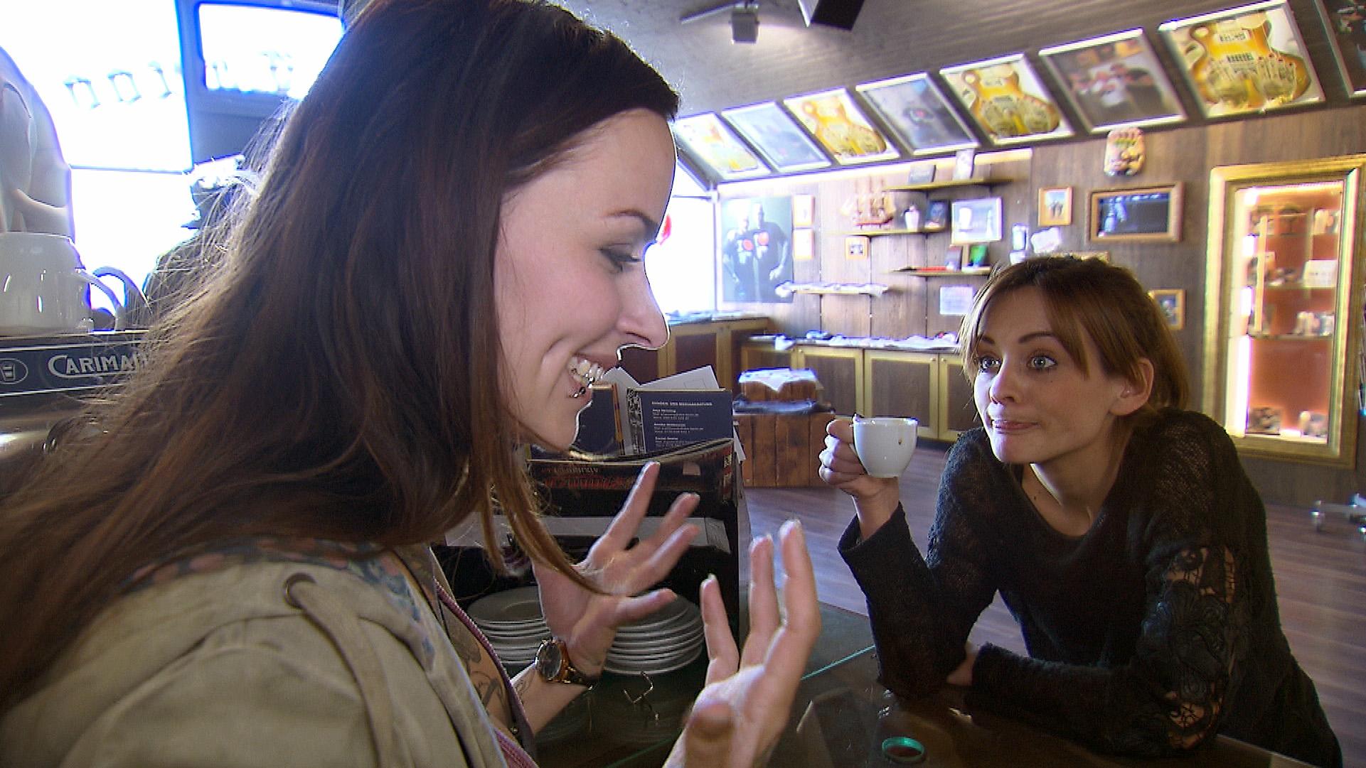 Lou (re.) stellt Caro wegen Niklas zur Rede und erkennt, dass Caro mehr für Niklas empfindet, als sie zugibt... (Quelle: RTL 2)