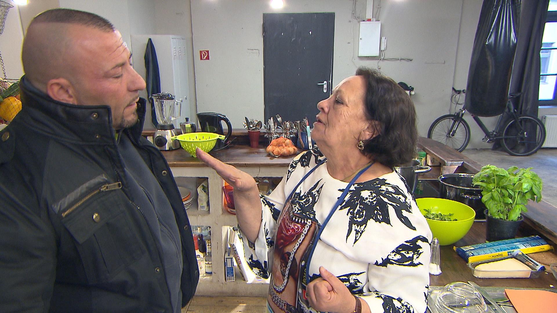 Fabrizios Mutter ist überzeugt daß zwischen ihrem Sohn und Alessia was läuft (Quelle: RTL 2)