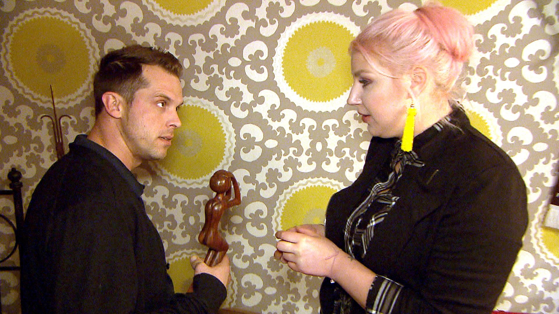 Basti und Paula sind sich über den Deko-Gegenstand uneinig (Quelle: RTL 2)