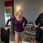 Milla (re.) will die anderen Mädels im Loft zu einem Tag im Schwimmbad überreden, doch außer Miri (li.) hat keiner Zeit. (Quelle: RTL 2)