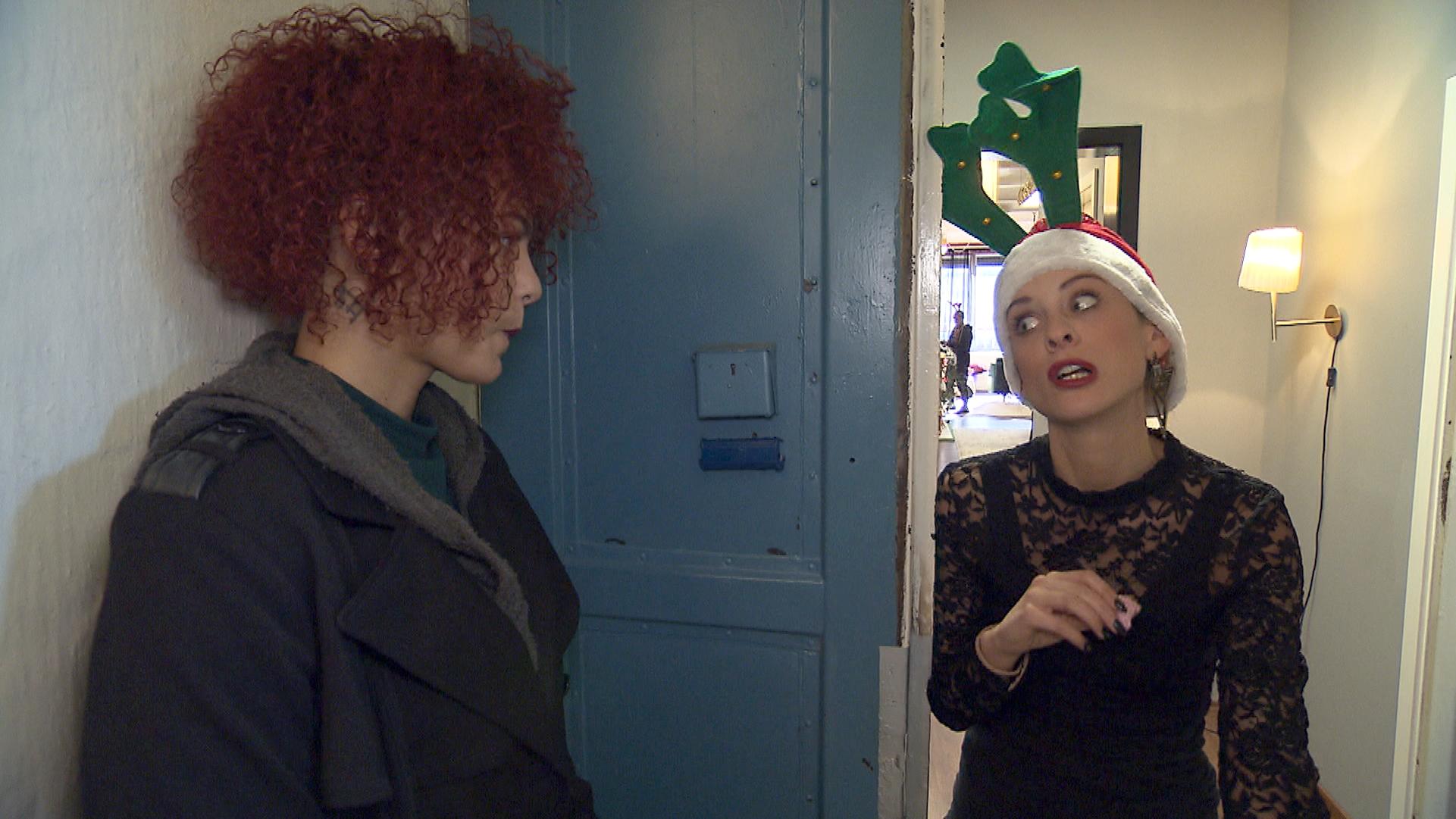 Die Matrix-Mitarbeiter planen ihre Weihnachtsfeier. Lou (re.) schließt Jessica (li.) demonstrativ aus, worauf diese mit Trotz reagiert.. (Quelle: RTL 2)