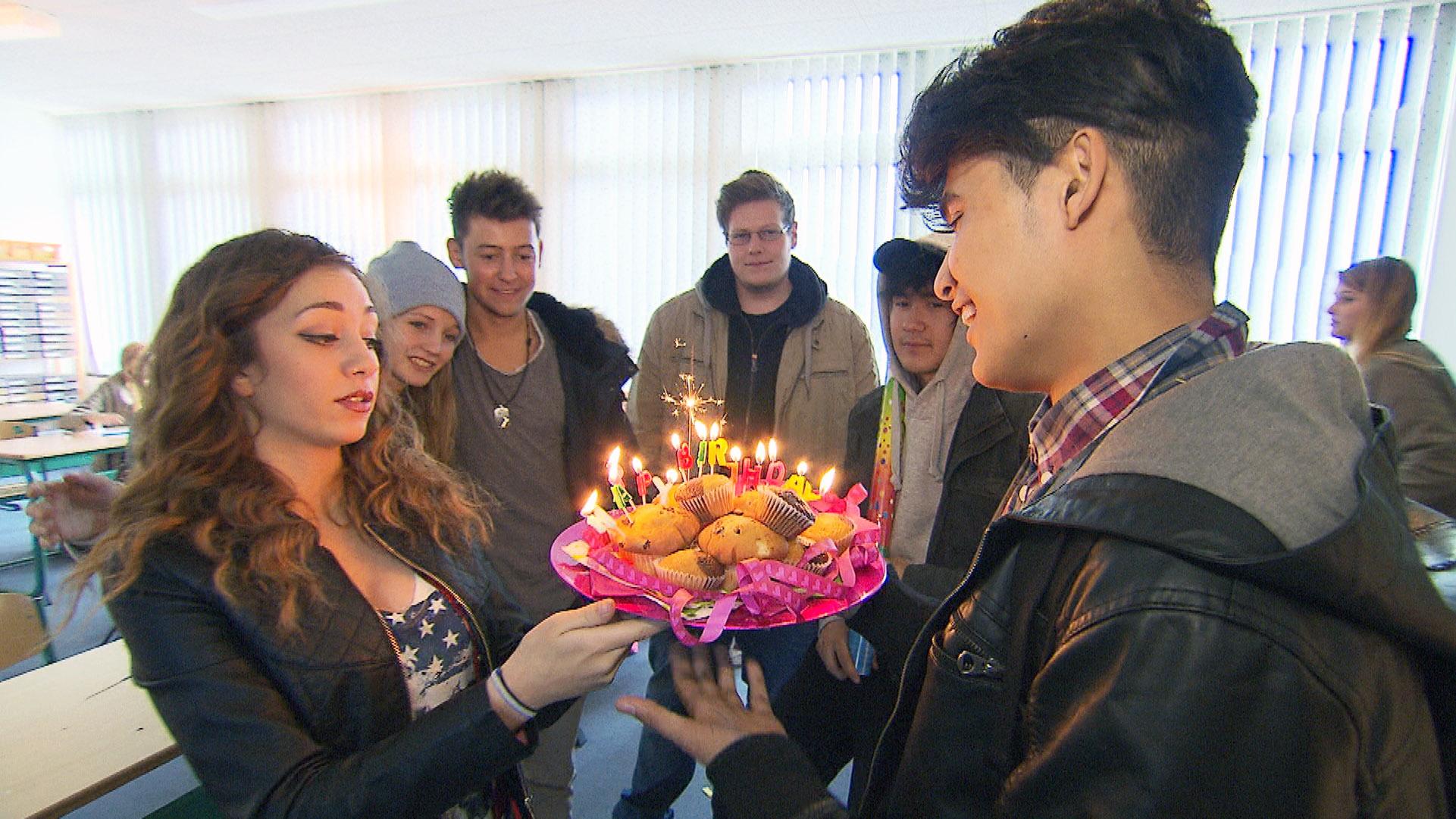 Yanick gerät an seinem Geburtstag unter Zugzwang, als seine Freunde fordern, dass er einen ausgibt.. (Quelle: RTL 2)