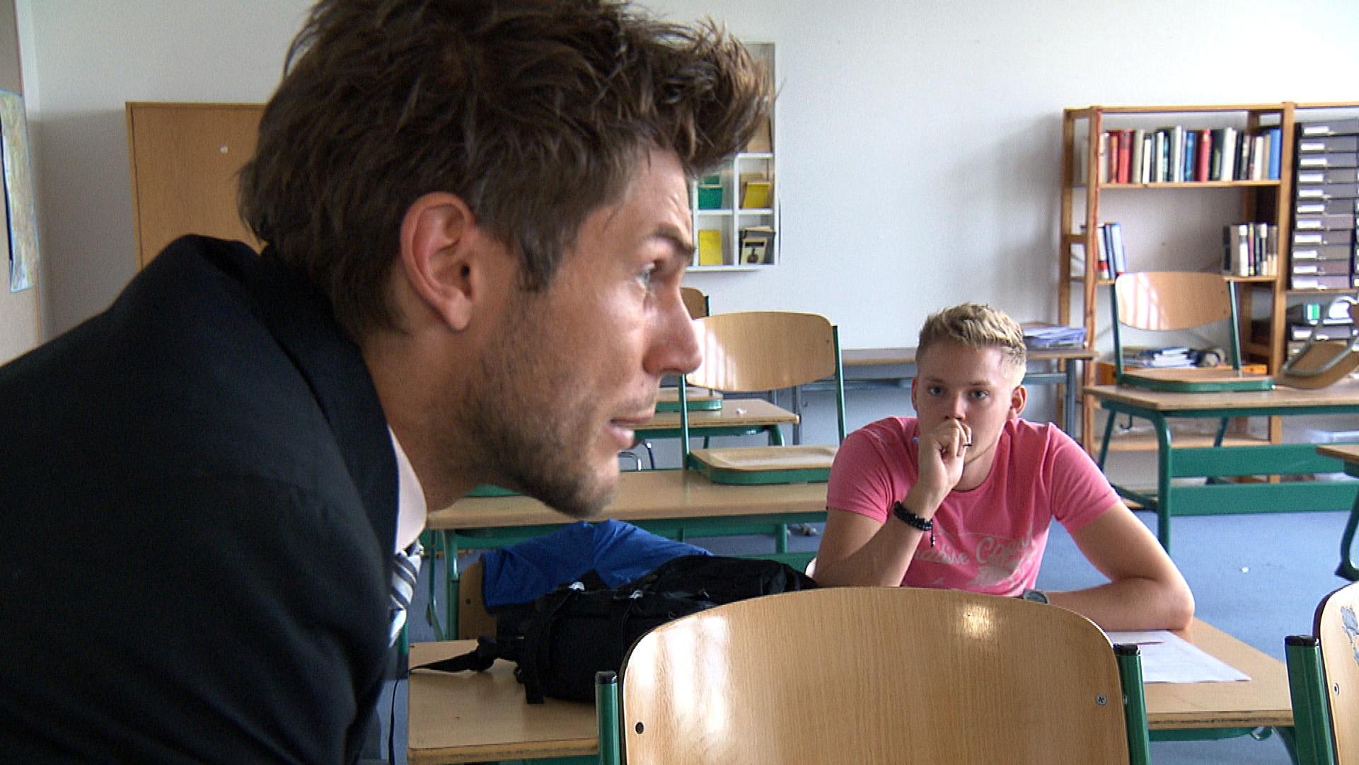Paul (re.) legt sich mit Steffen (li.) im Unterricht an und provoziert ihn. Diesem wird das zu bunt und er verdonnert Paul zum Nachsitzen. (Quelle: RTL 2)