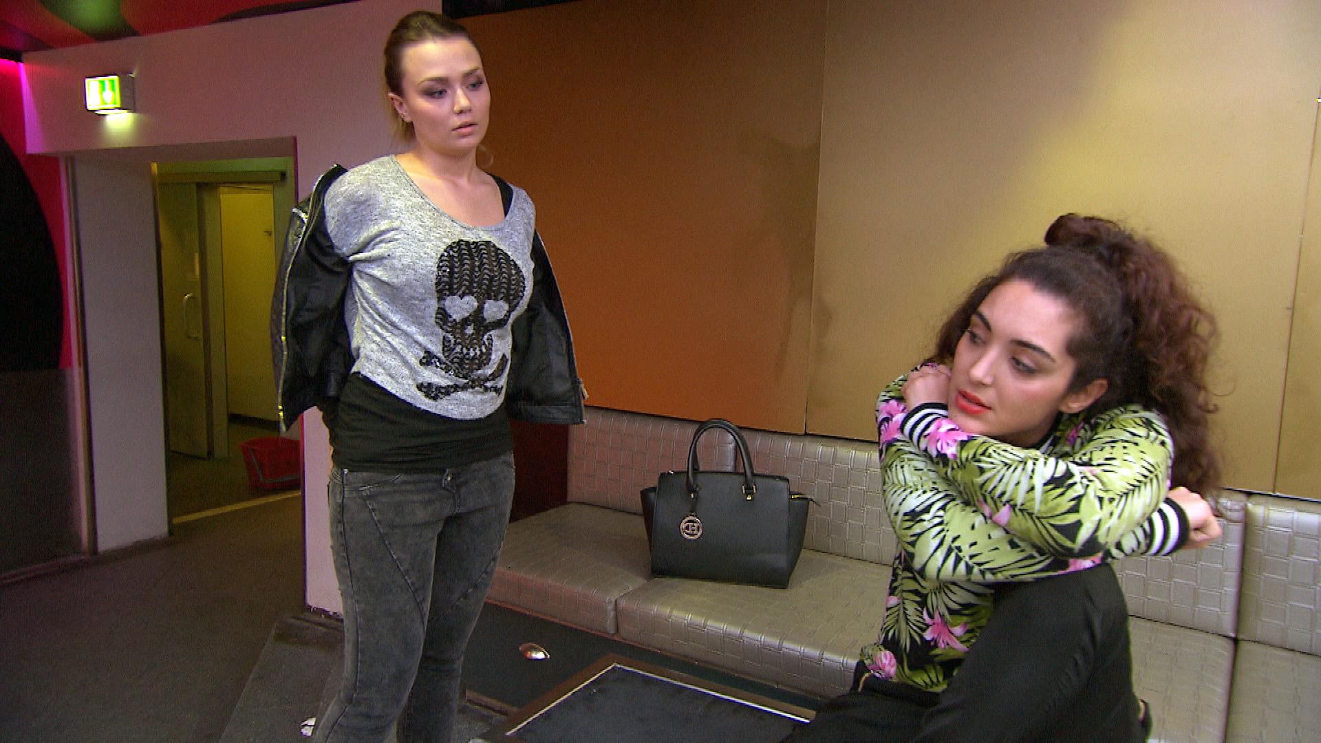 Joleen (re.) leidet unter der Trennung von Cem. Laura (li.) versucht sie zu trösten.. (Quelle: RTL 2)