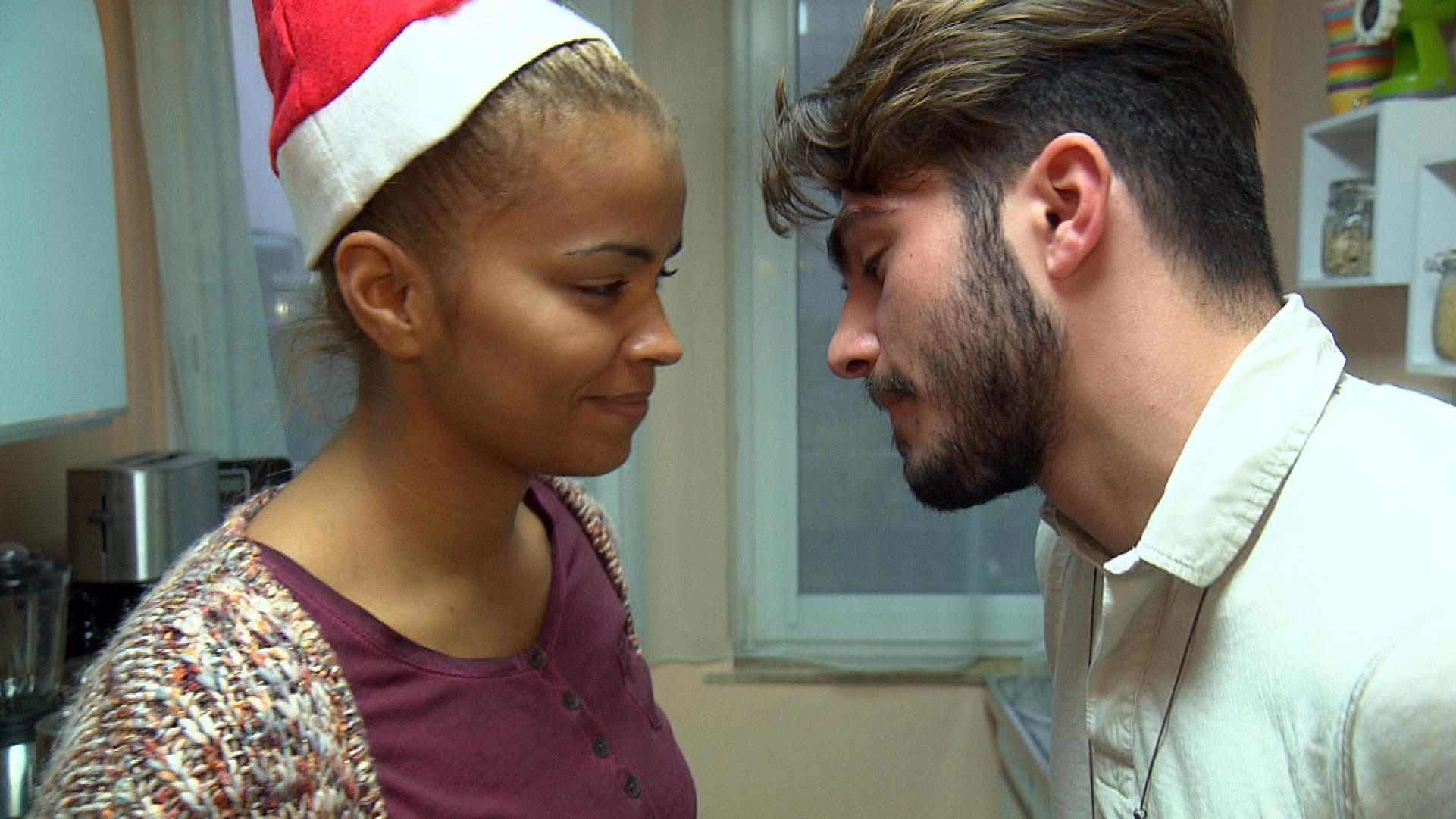 Fil hat eine kleine Überraschungsweihnachtsparty für Sam organisiert. Sam muss sich eingestehen, dass sie ihn zurück haben will – entgegen aller Widerstände. (Quelle: RTL 2)