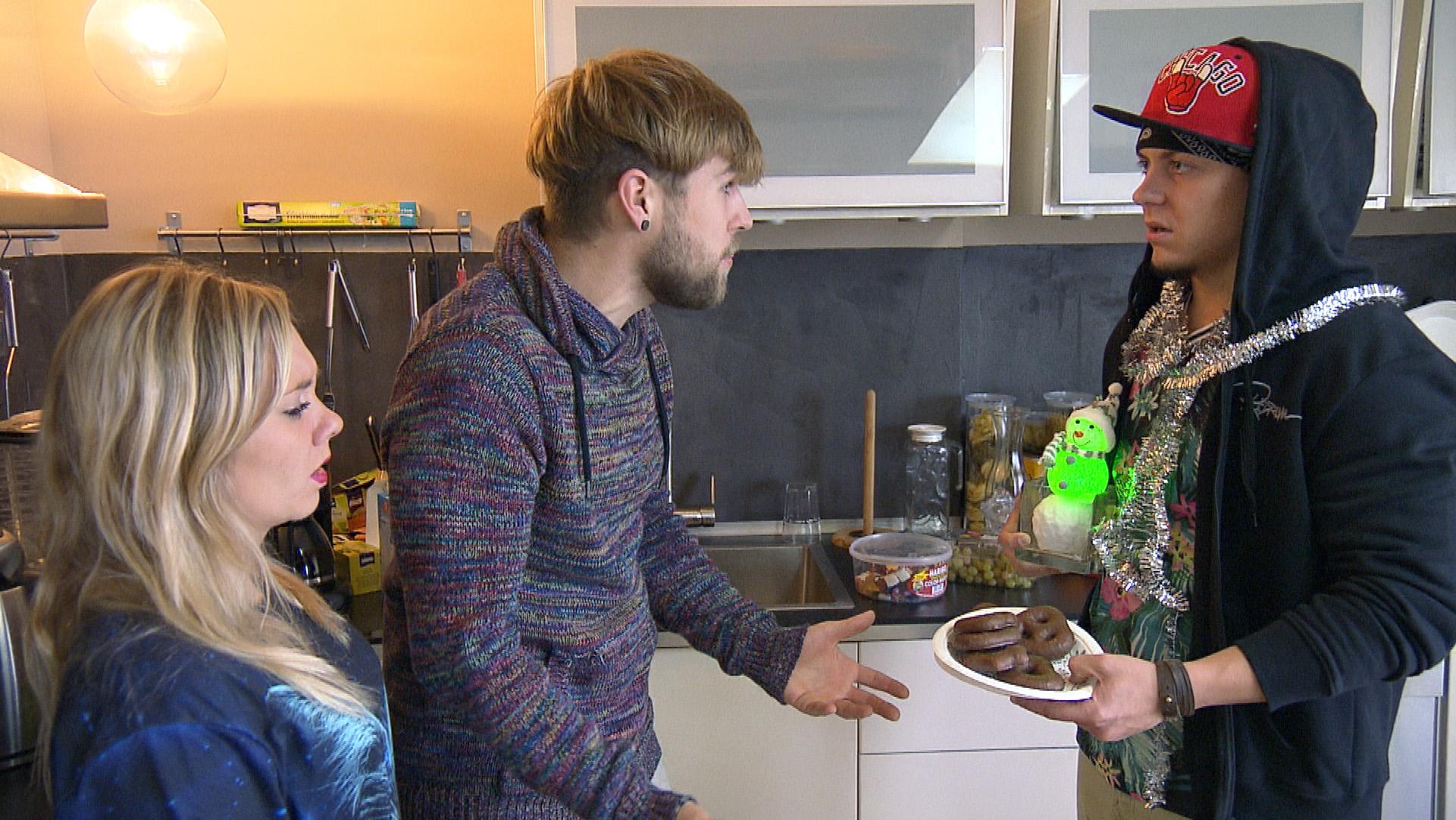 Chris (Mitte) ist gereizt und dünnhäutig. Auf die überbordende Weihnachtsvorfreude seiner Mitbewohner Chantal (li.) und Kevin (re.) reagiert er aggressiv... (Quelle: RTL 2)