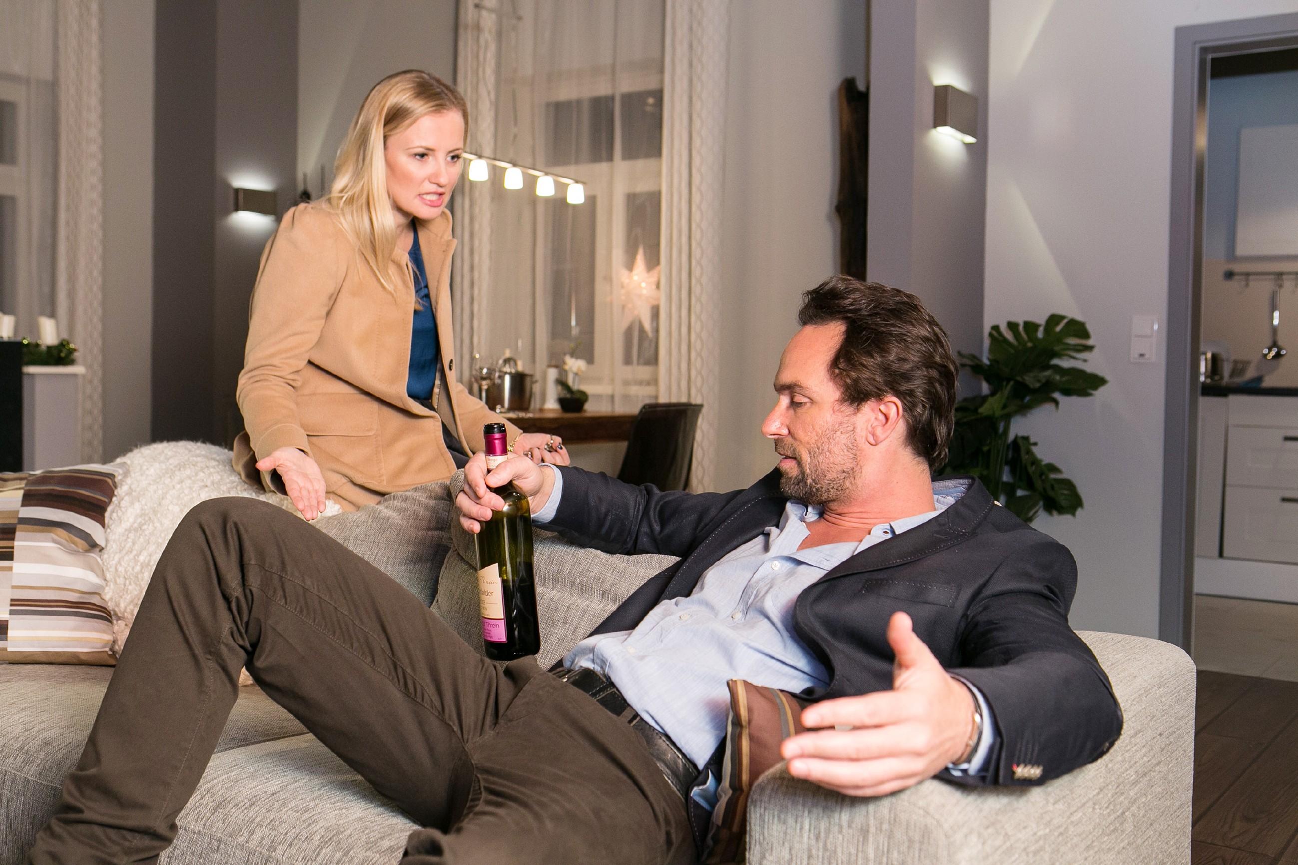 Isabelle (Ania Niedieck) ist fassungslos, dass Thomas (Daniel Brockhaus) sich am Tag vor seinem Bewerbungsgespräch für die Chefarztstelle betrinkt. (Quelle: RTL / Kai Schulz)