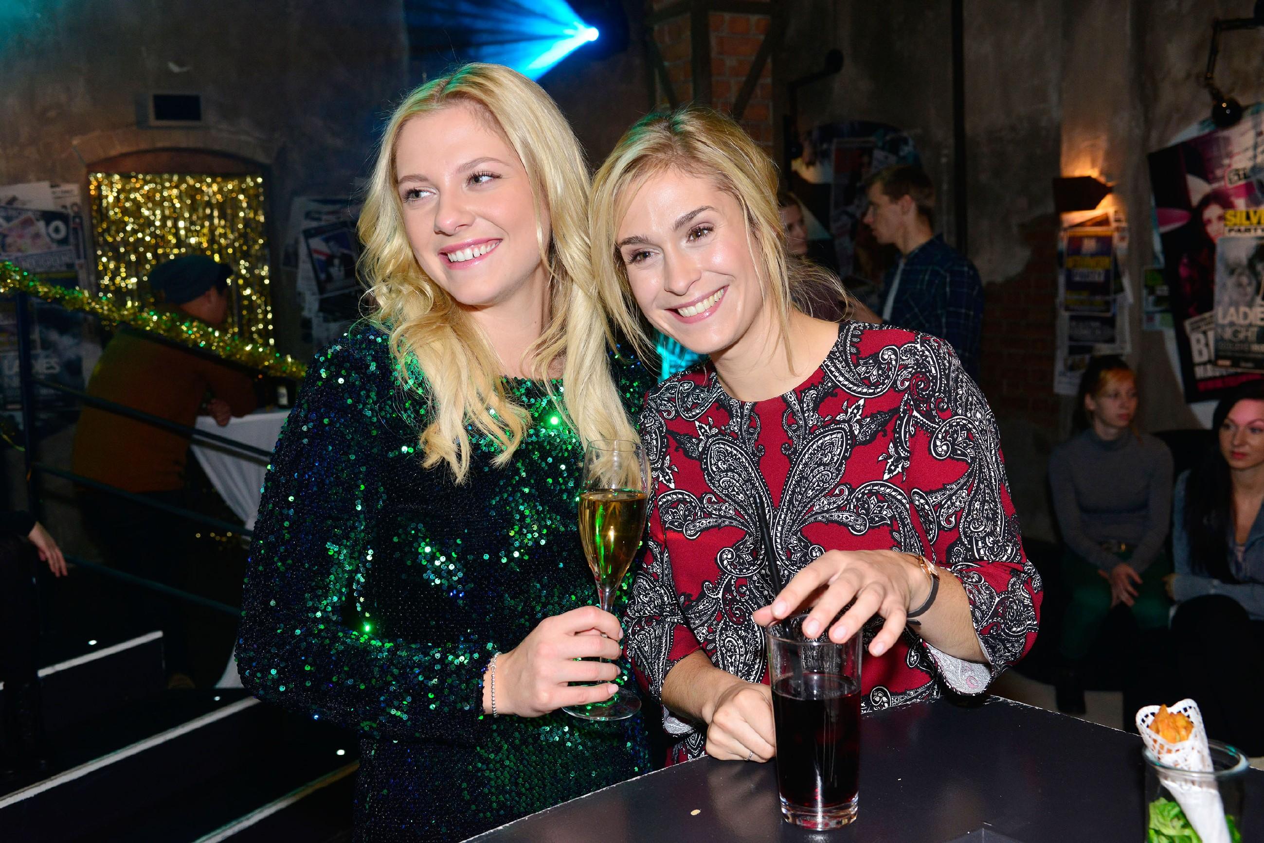 Sunny (Valentina Pahde, l.) und Sophie (Lea Marlen Woitack) amüsieren sich auf der Silvesterfeier im Mauerwerk. (Quelle: RTL / Rolf Baumgartner)