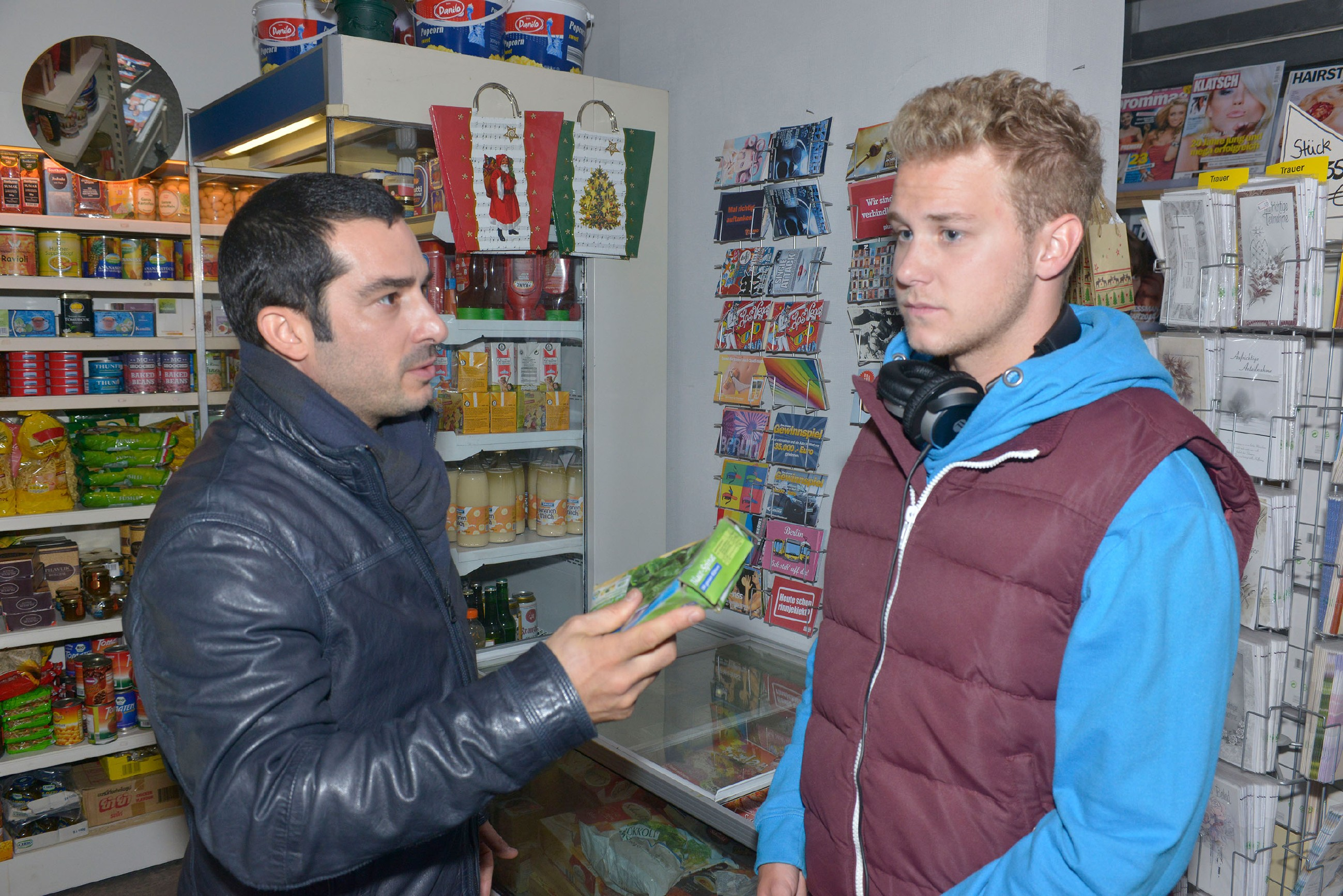 Tayfun (Tayfun Baydar, l.) kritisiert, dass sich Jonas (Felix van Deventer) nicht auf die Arbeit konzentriert. (Quelle: RTL / Rolf Baumgartner)
