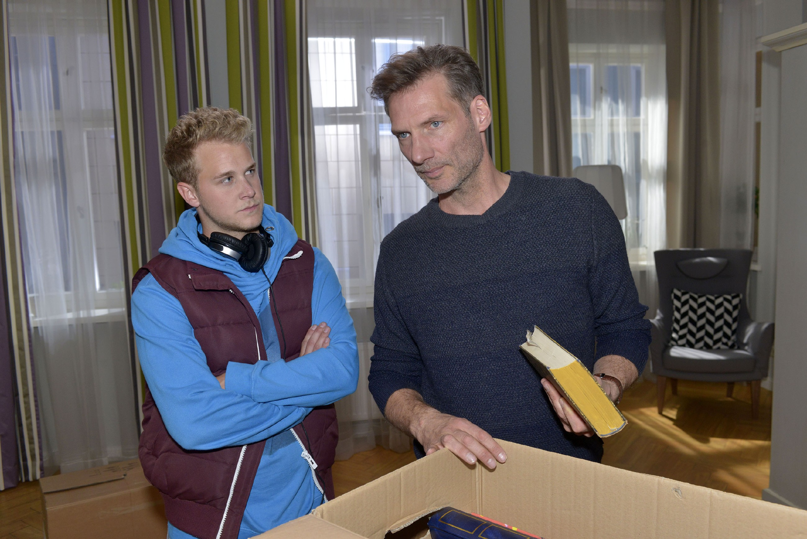 Jonas (Felix van Deventer, l.) spürt, dass Alexander (Clemens Löhr) alten Zeiten nachtrauert. (Quelle: RTL / Rolf Baumgartner)