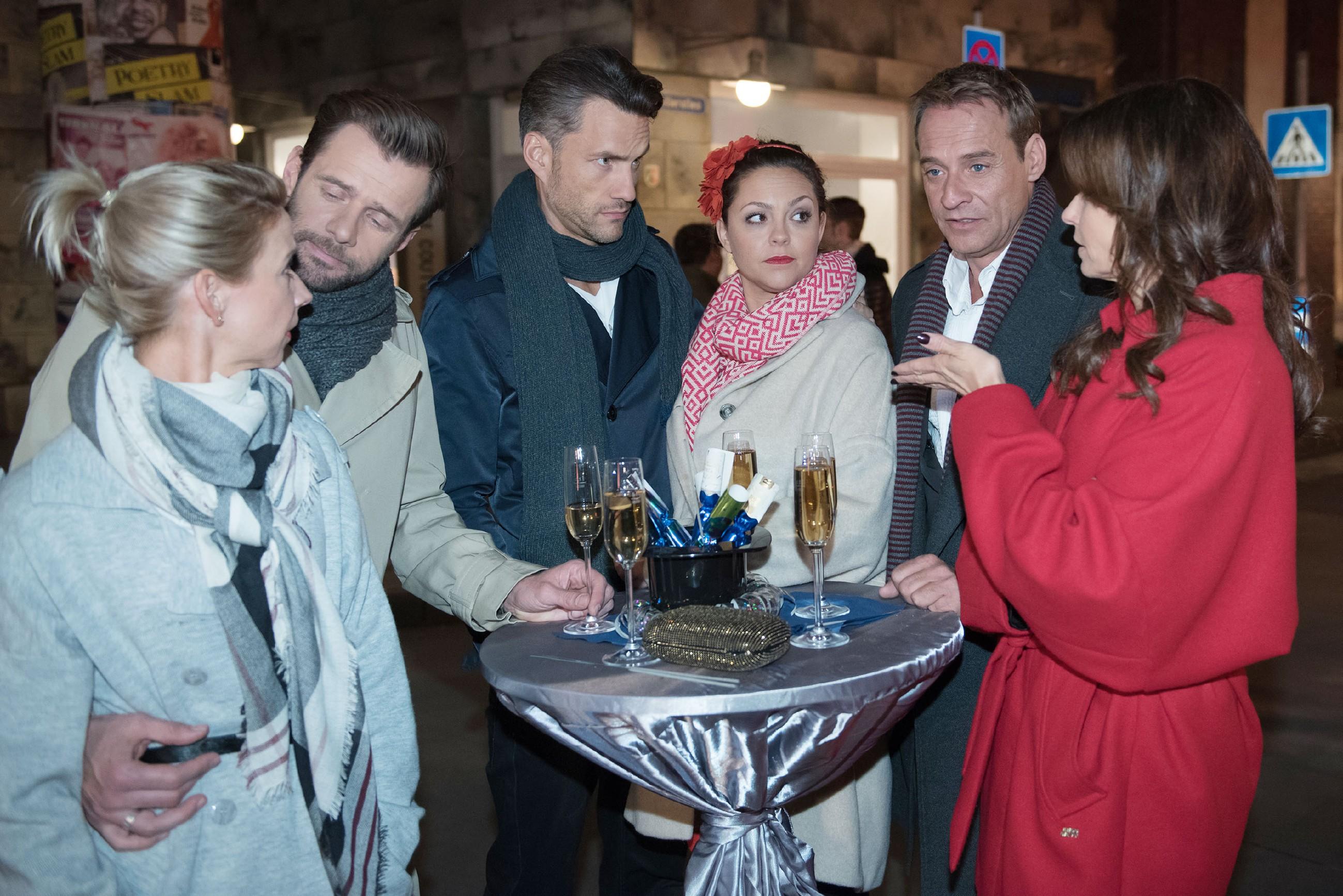 Die Bewohner der Schillerallee feiern gemeinsam ins neue Jahr, doch (v.l.) Ute (Isabell Hertel) und Henning (Benjamin Kiss) bemerken, dass zwischen Malte (Stefan Bockelmann), Caro (Ines Kurenbach), Rufus (Kai Noll) und Britta (Tabea Heynig) wegen der Schüssel weiterhin Eiszeit herrscht. (Quelle: RTL / Stefan Behrens)