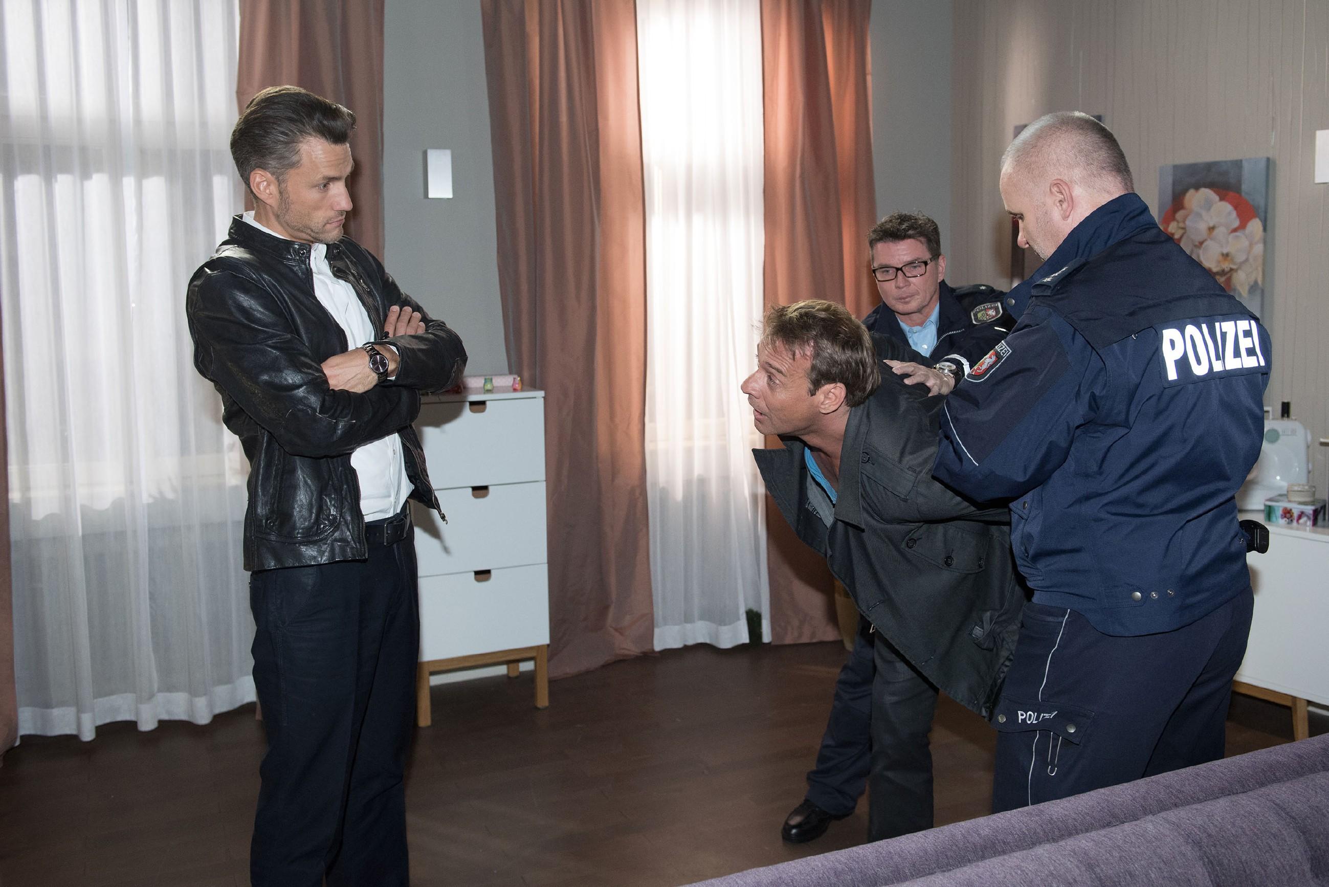Rufus (Kai Noll, 2.v.l.) ist völlig perplex, als der enttäuschte Malte (Stefan Bockelmann, l.) ihn der Polizei (Komparsen) ausliefert... (Quelle: RTL / Stefan Behrens)