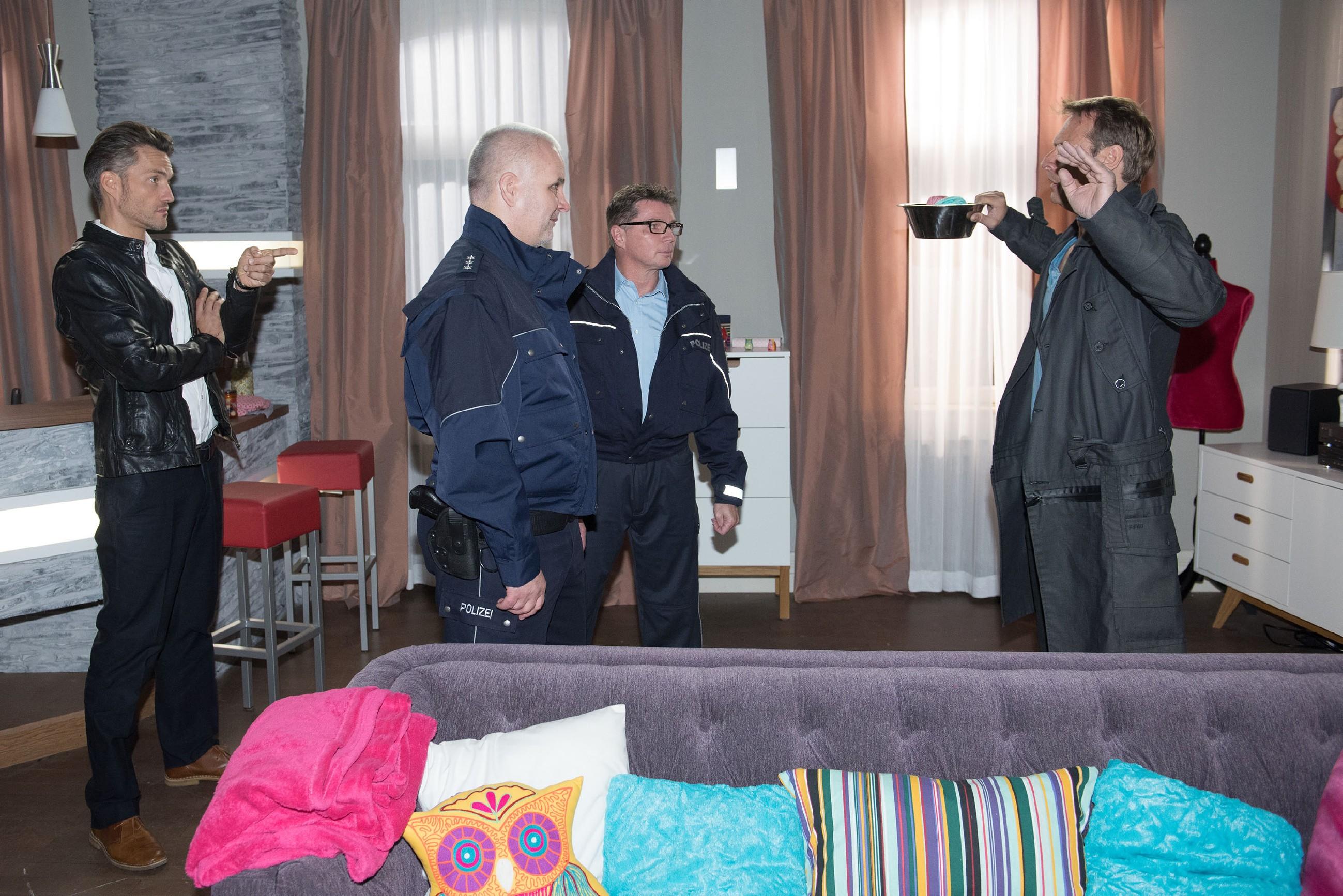 Malte (Stefan Bockelmann, l.) lässt Rufus (Kai Noll, r.), der in seiner Wohnung nach Brittas Schüssel sucht, von der Polizei (Komparsen) festnehmen. Während Rufus wütend wird, ist Malte enttäuscht, dass Rufus seinem Wort nicht zu trauen scheint. (Quelle: RTL / Stefan Behrens)