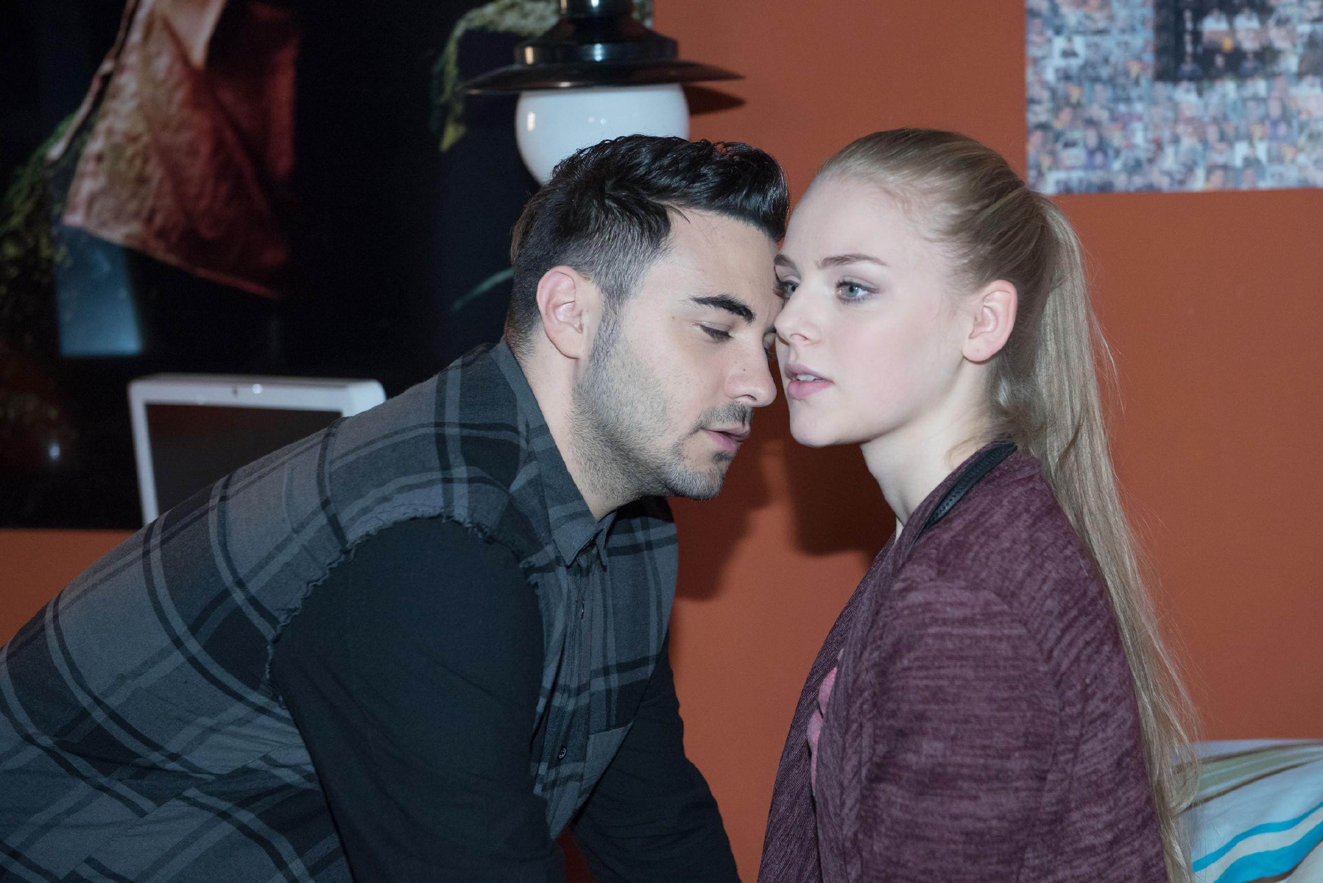Als es zum ersten Mal zu einem intimen Moment zwischen Easy (Lars Steinhöfel) und Fiona (Olivia Burkhart) kommt, wird Fiona seltsam nervös - mit Liebe und Gefühlen kennt sie sich nicht aus... (Quelle: RTL / Stefan Behrens)