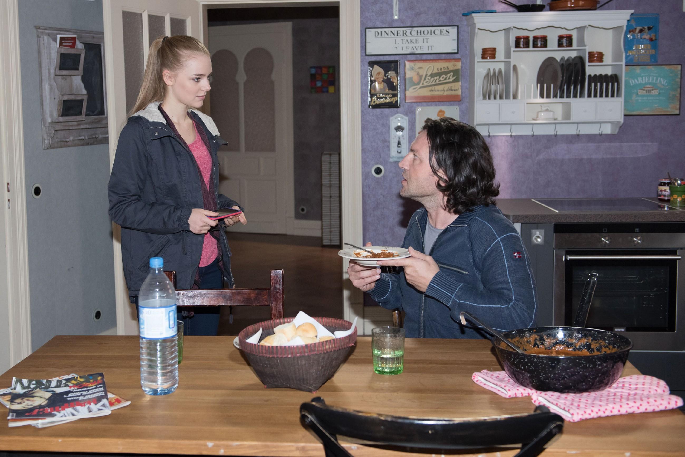 Rolf (Stefan Franz) macht Fiona (Olivia Burkhart) barsch klar, dass er gegen ihre Beziehung zu Easy ist. (Quelle: RTL / Stefan Behrens)