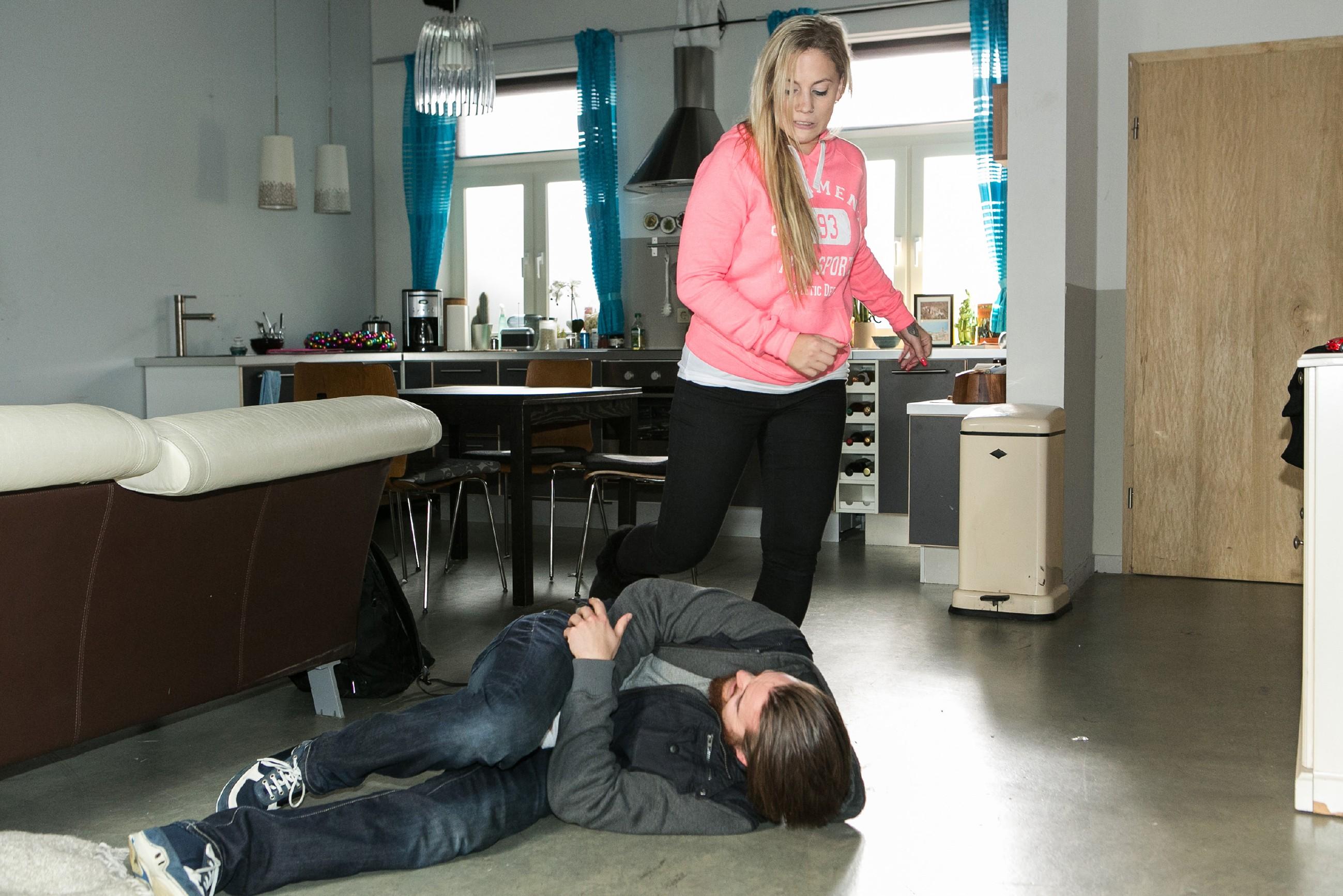Iva (Christina Klein) kann Matthias (Philipp Noack) nicht länger ihre Liebe vorspielen und schafft es, ihn zu überwältigen... (Quelle: RTL / Kai Schulz)