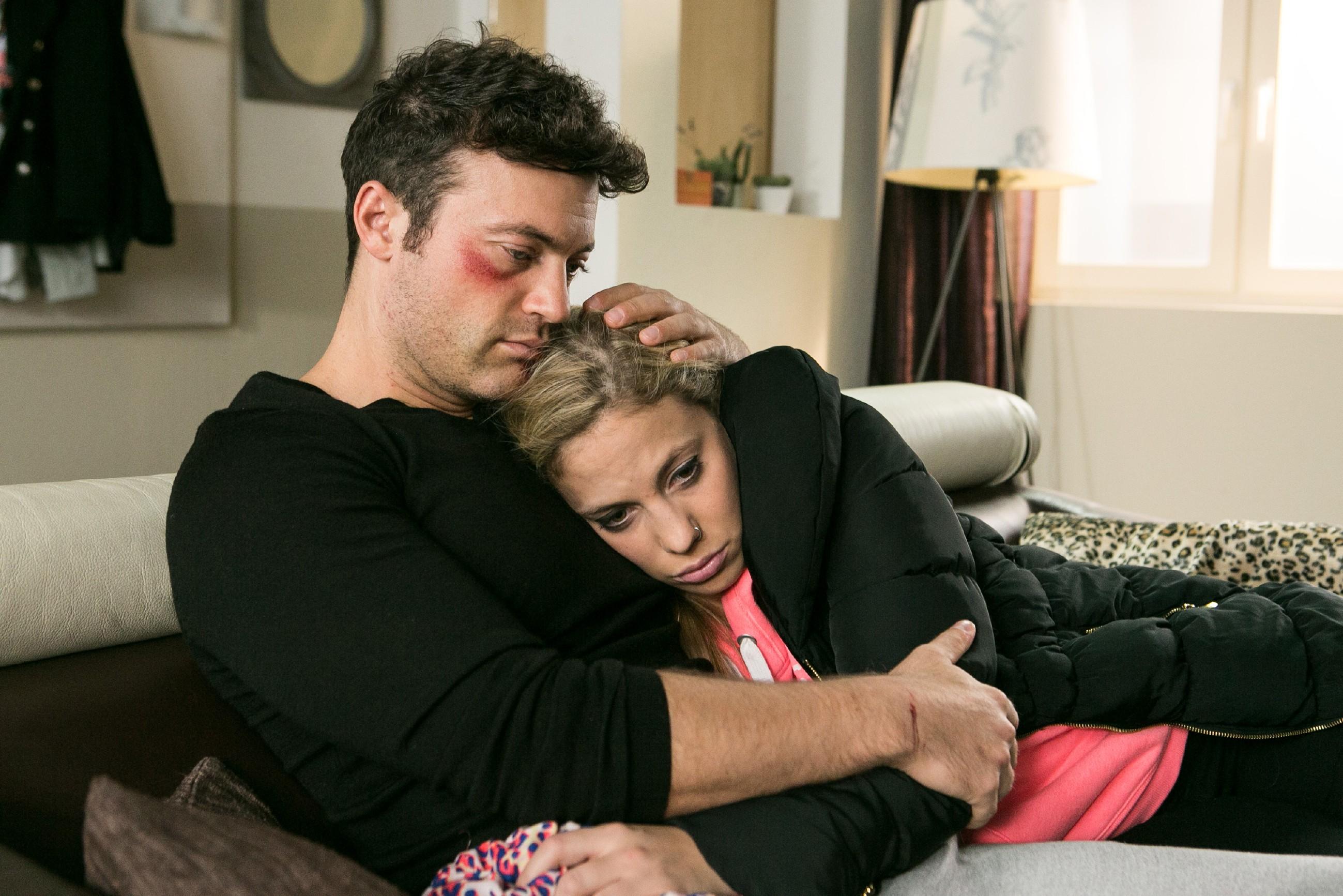 Iva (Christina Klein) ist vor Matthias in Sicherheit, doch die Anspannung der letzten Wochen bricht sich Bahn. Schafft sie es mit Bens (Jörg Rohde) Hilfe, endlich wieder nach vorne sehen? (Quelle: RTL / Kai Schulz)