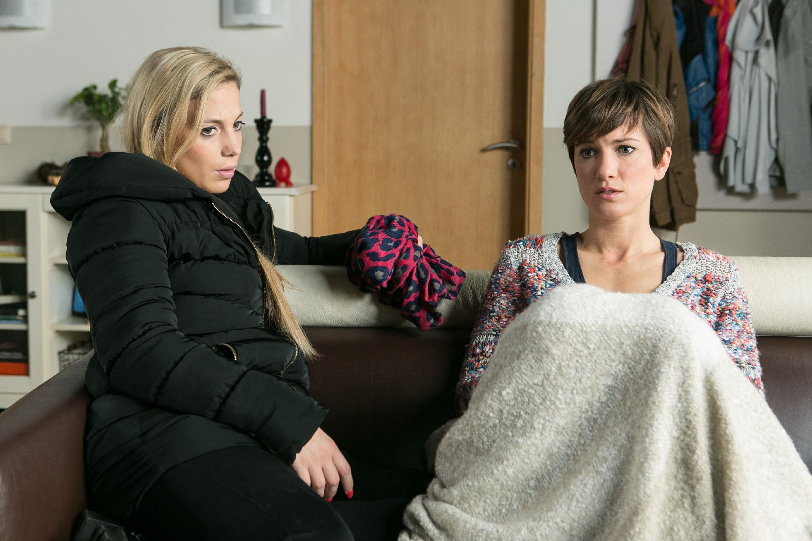 Pia (Isabell Horn, r.) erzählt Iva (Christina Klein) von ihrer Angst, dass Veit hinter Vanessas Verschwinden im Keller stecken könnte. (Quelle: RTL / Kai Schulz)