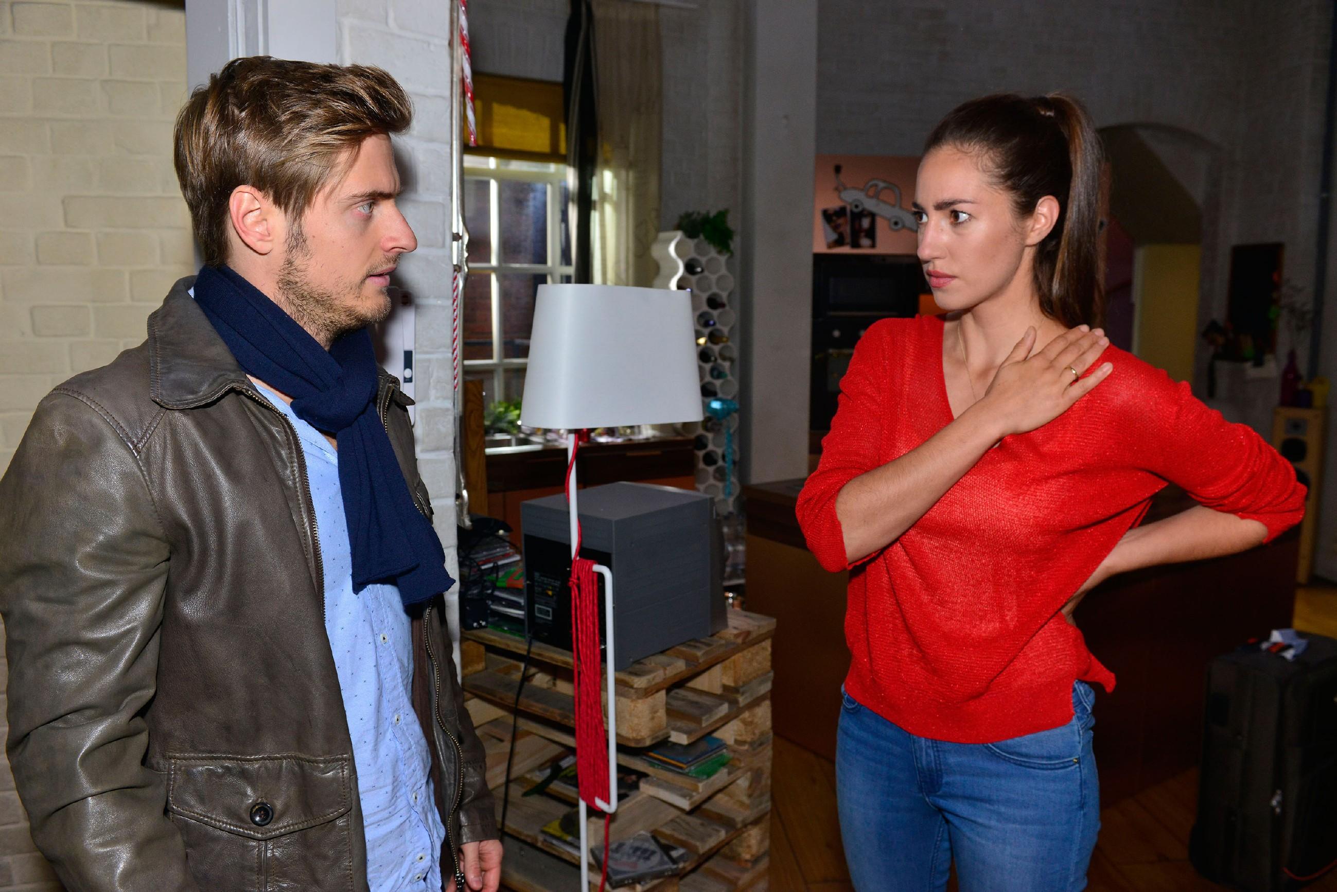 Philip (Jörn Schlönvoigt), der sich bei Elena (Elena Garcia Gerlach) in einem Brief für sein Stalking entschuldigen will, ahnt nicht, dass sie bereits aus Kanada zurück ist und steht plötzlich vor ihr. Elena gerät in Panik - genau das Gegenteil von dem, was Philip erreichen wollte... (Quelle: RTL / Rolf Baumgartner)
