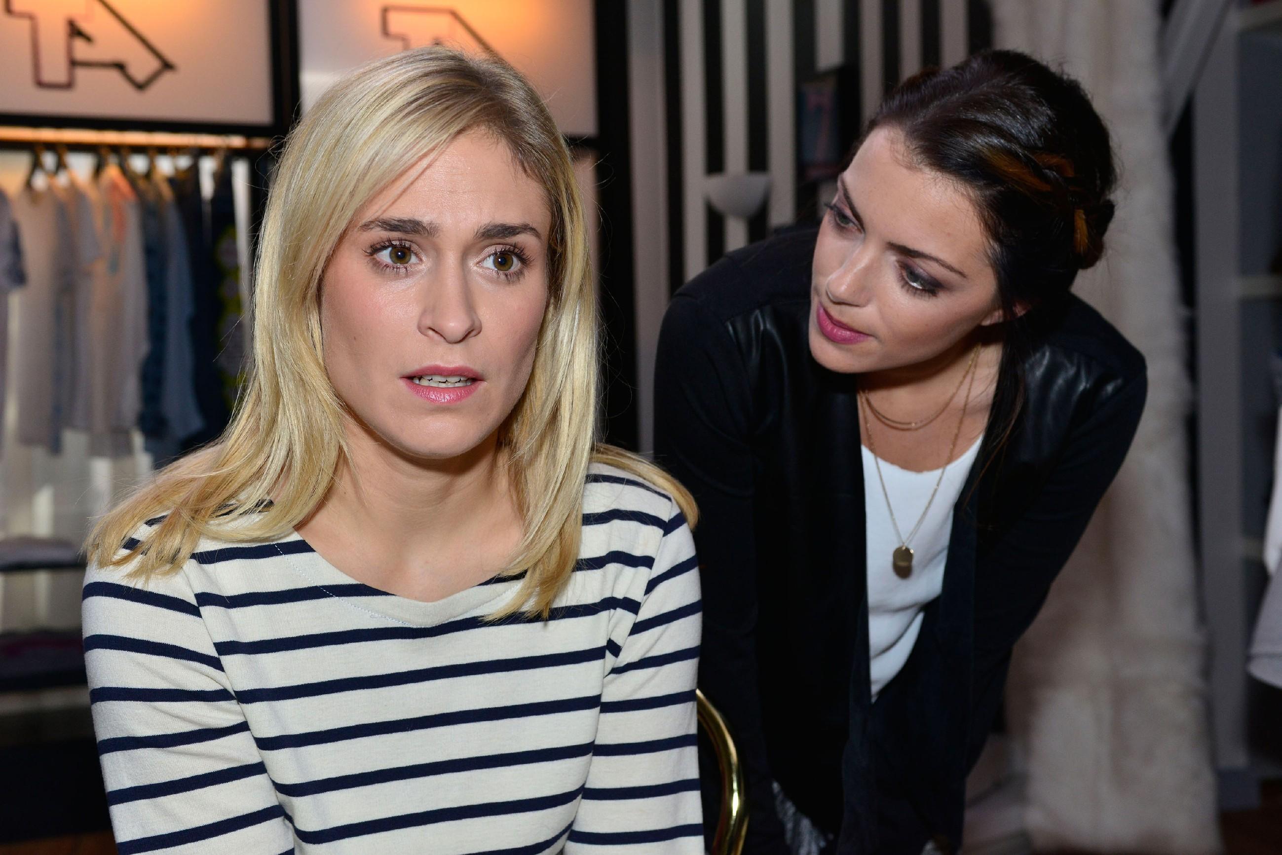 Sophie (Lea Marlen Woitack, l.) gesteht vor Emily (Anne Menden) ein, dass sie mit ihrer Eifersucht auf Maren einen Fehler gemacht hat. (Quelle: RTL / Rolf Baumgartner)