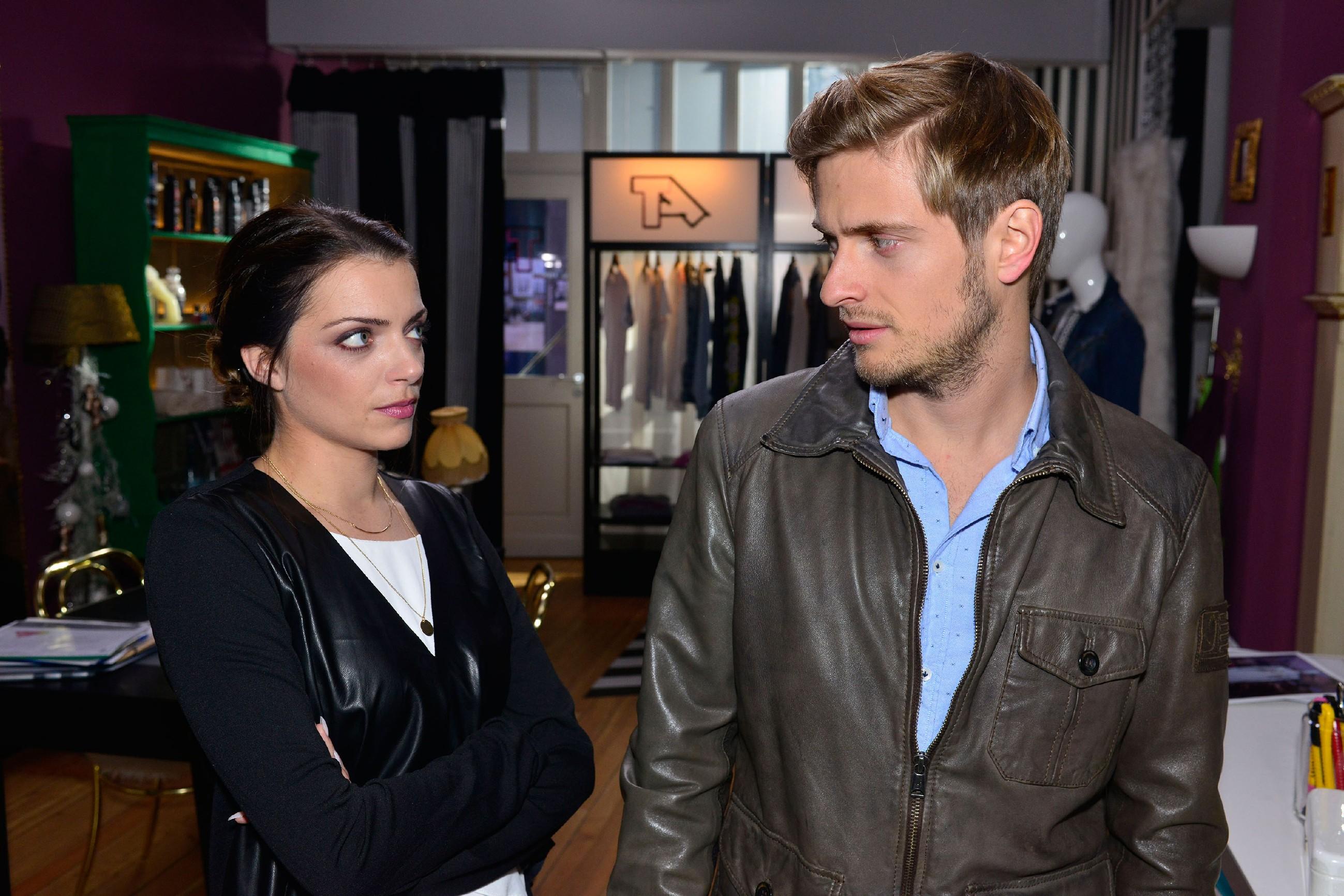 Emily (Anne Menden) kann nicht begreifen, wieso Philip (Jörn Schlönvoigt) wieder bei Elena war. (Quelle: RTL / Rolf Baumgartner)