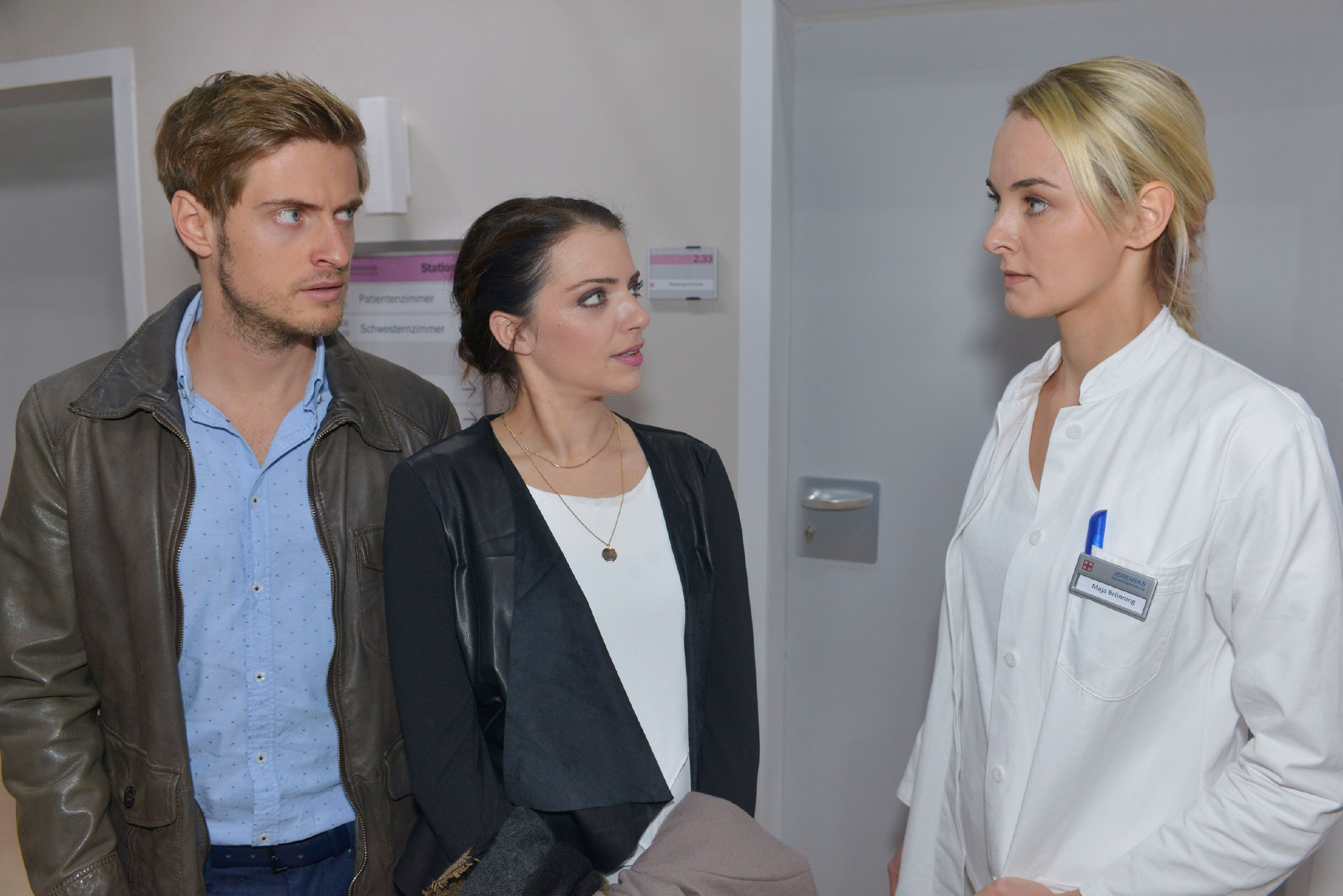 Emily (Anne Menden, M.) ist schockiert, als Philip (Jörn Schlönvoigt) im Krankenhaus von seiner Kollegin Maja Brüning (Anne Katrin Marzke) mit den Konsequenzen seines Handels konfrontiert wird. (Quelle: RTL / Rolf Baumgartner)