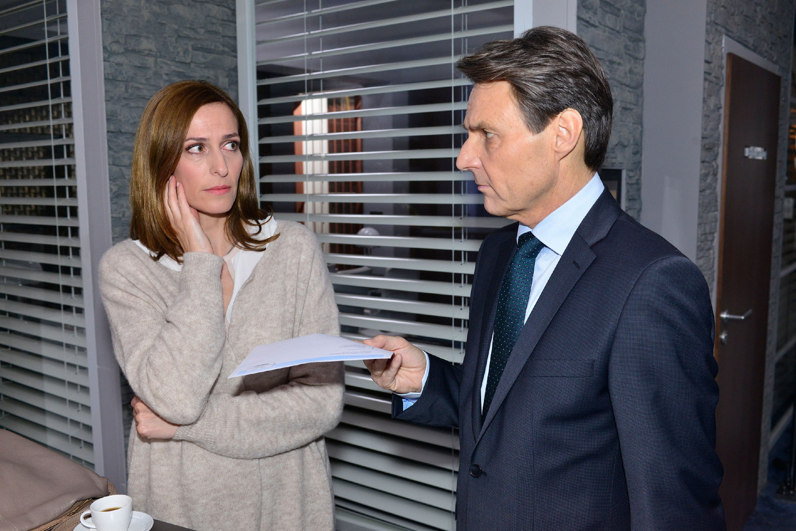 Katrin (Ulrike Frank) bekommt von Gerner (Wolfgang Bahro) die schreckliche Bestätigung, dass Frederic Jasmins Vater ist. (Quelle: RTL / Rolf Baumgartner)