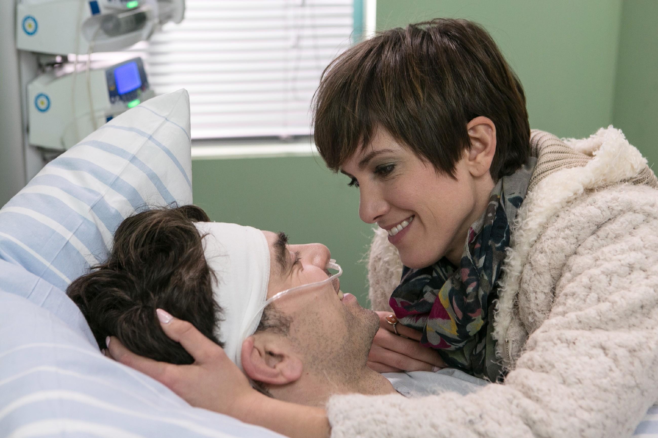 Pia (Isabell Horn) ist glücklich, dass Veit (Carsten Clemens) aus dem Koma erwacht ist. Doch wird er sich auch vor Jenny zu Pia bekennen? (Quelle: RTL / Kai Schulz)
