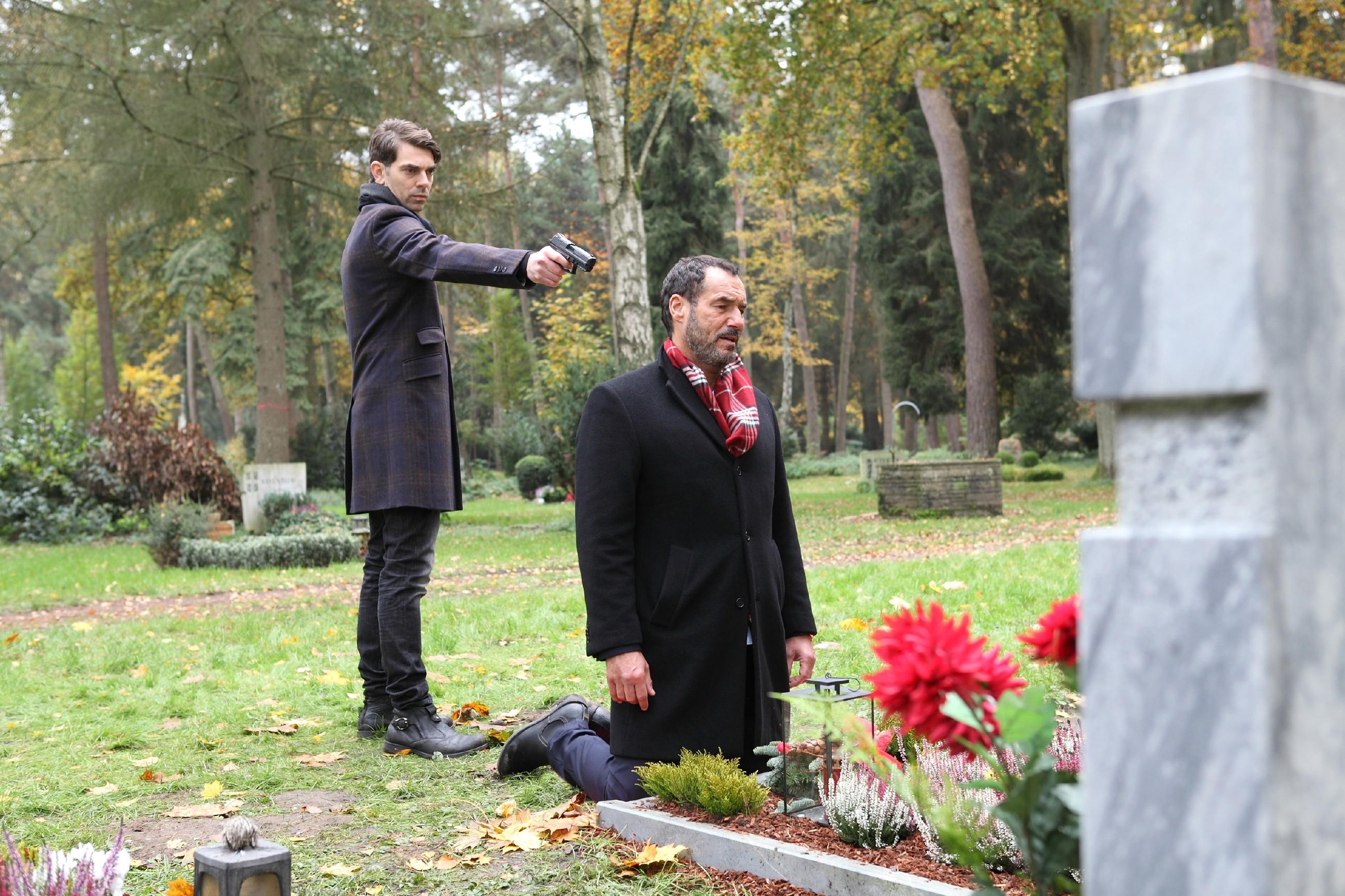Veit (Carsten Clemens, l.) hat Richard (Silvan-Pierre Leirich) gezwungen, mit ihm an Emmas Grab zu gehen, um dort seine Rache endlich zu vollenden... (Quelle: RTL / Frank W. Hempel)