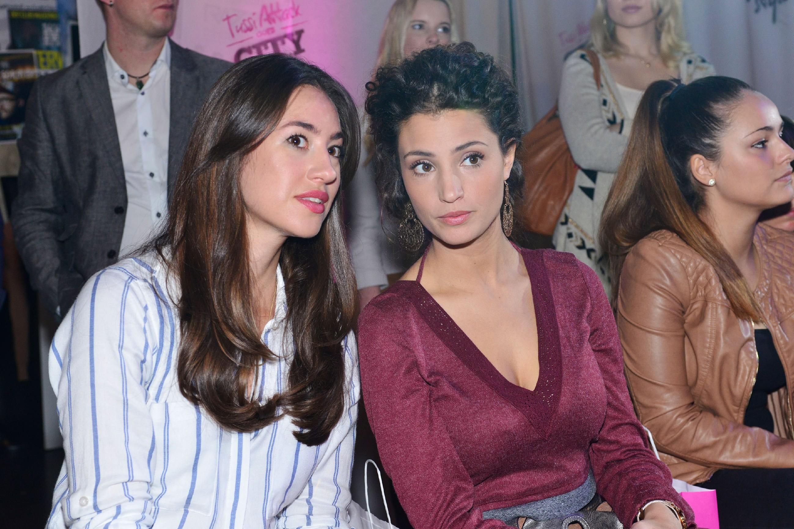 Elena (Elena Garcia Gerlach, l.) und Ayla (Nadine Menz) verfolgen interessiert die Modenschau von Tussi Attack. (Quelle: RTL / Rolf Baumgartner)