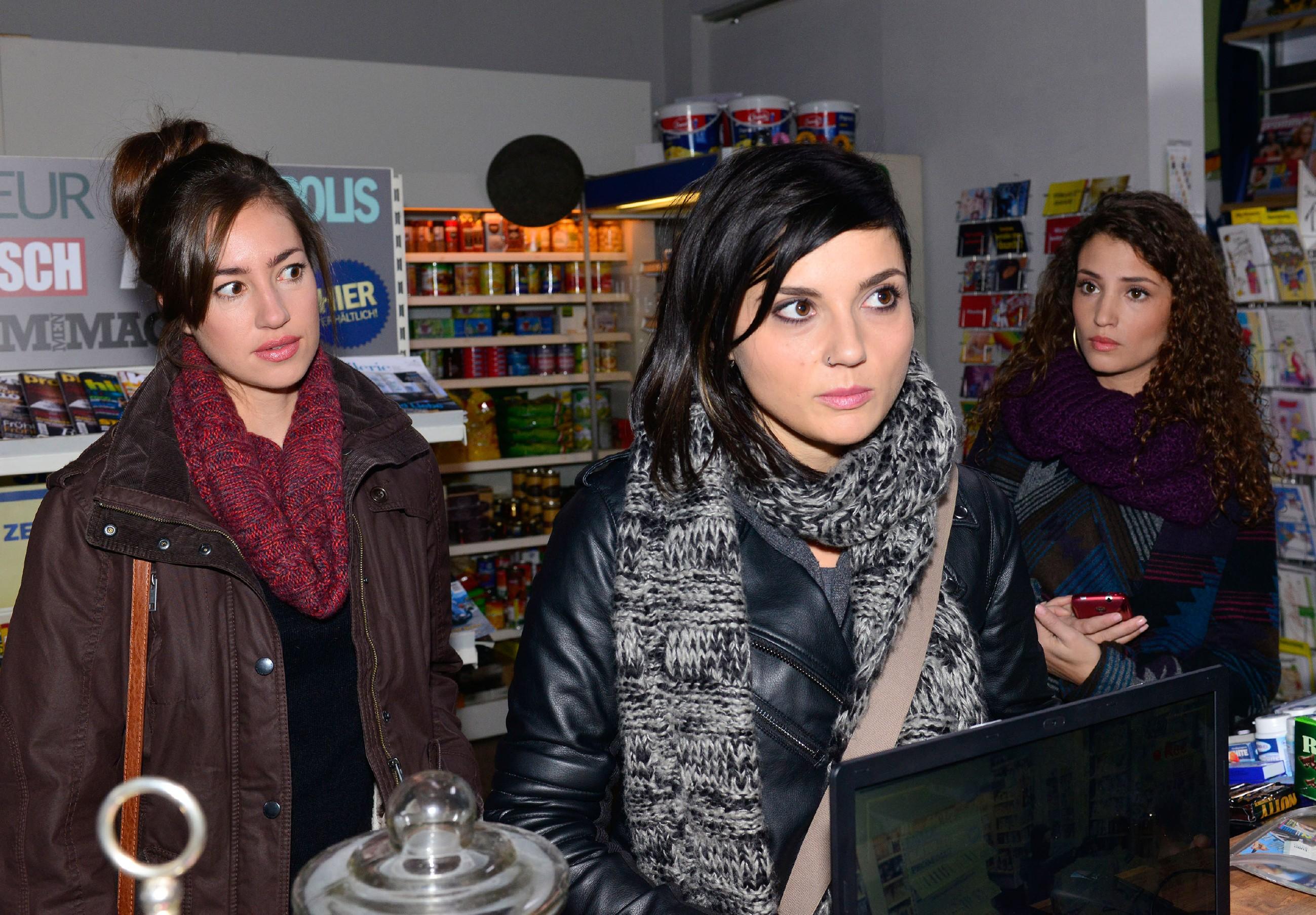 Anni (Linda Marlen Runge, M.) will sich von Elena (Elena Garcia Gerlach, M.) und Ayla (Nadine Menz) nicht wegen Jasmins bevorstehender Hochzeit bemitleiden lassen. (Quelle: RTL / Rolf Baumgartner)