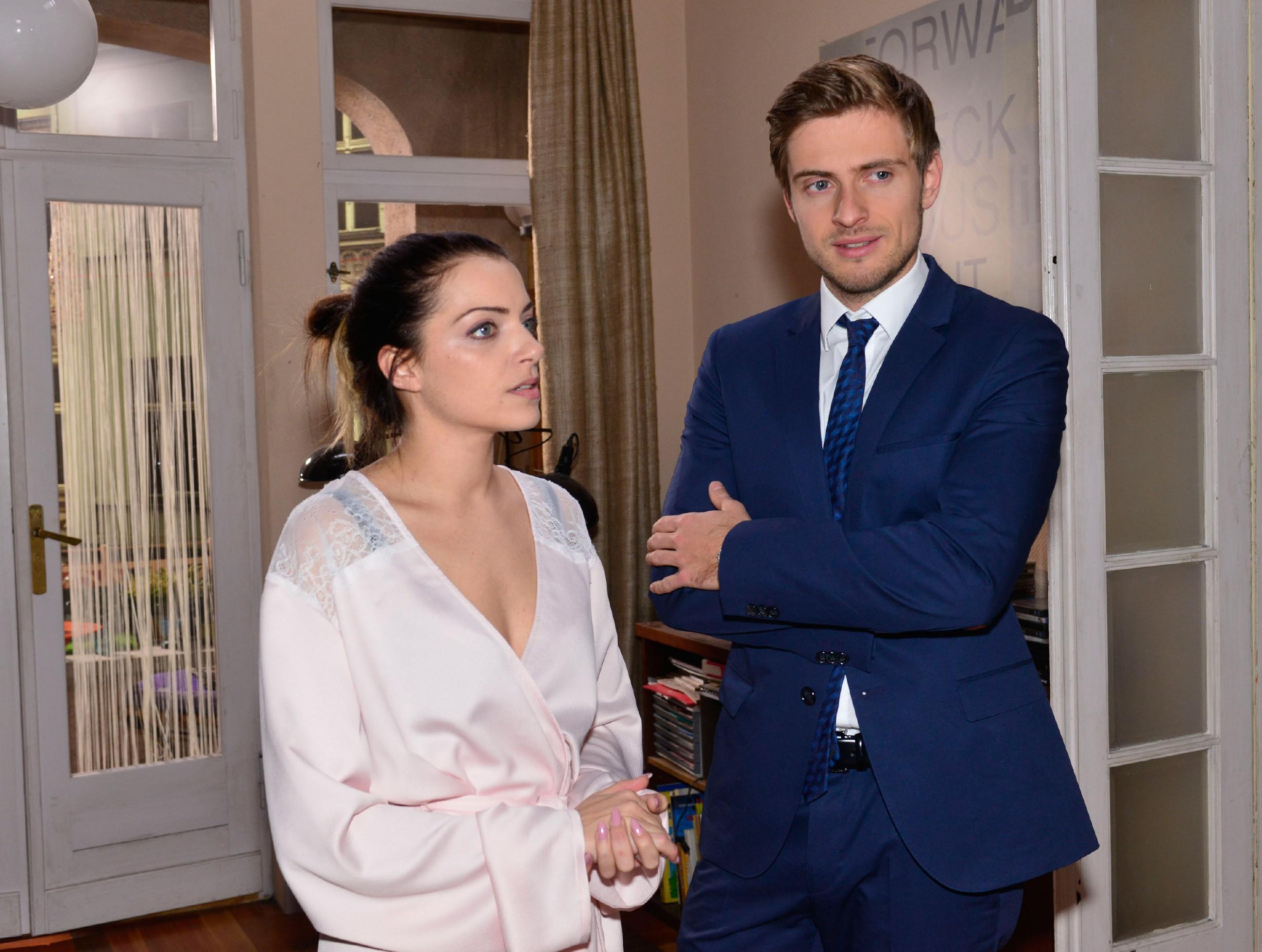 Emily (Anne Menden) sucht bei Philip (Jörn Schlönvoigt) Rat, was ihre Beziehung zu Tayfun betrifft. (Quelle: RTL / Rolf Baumgartner)