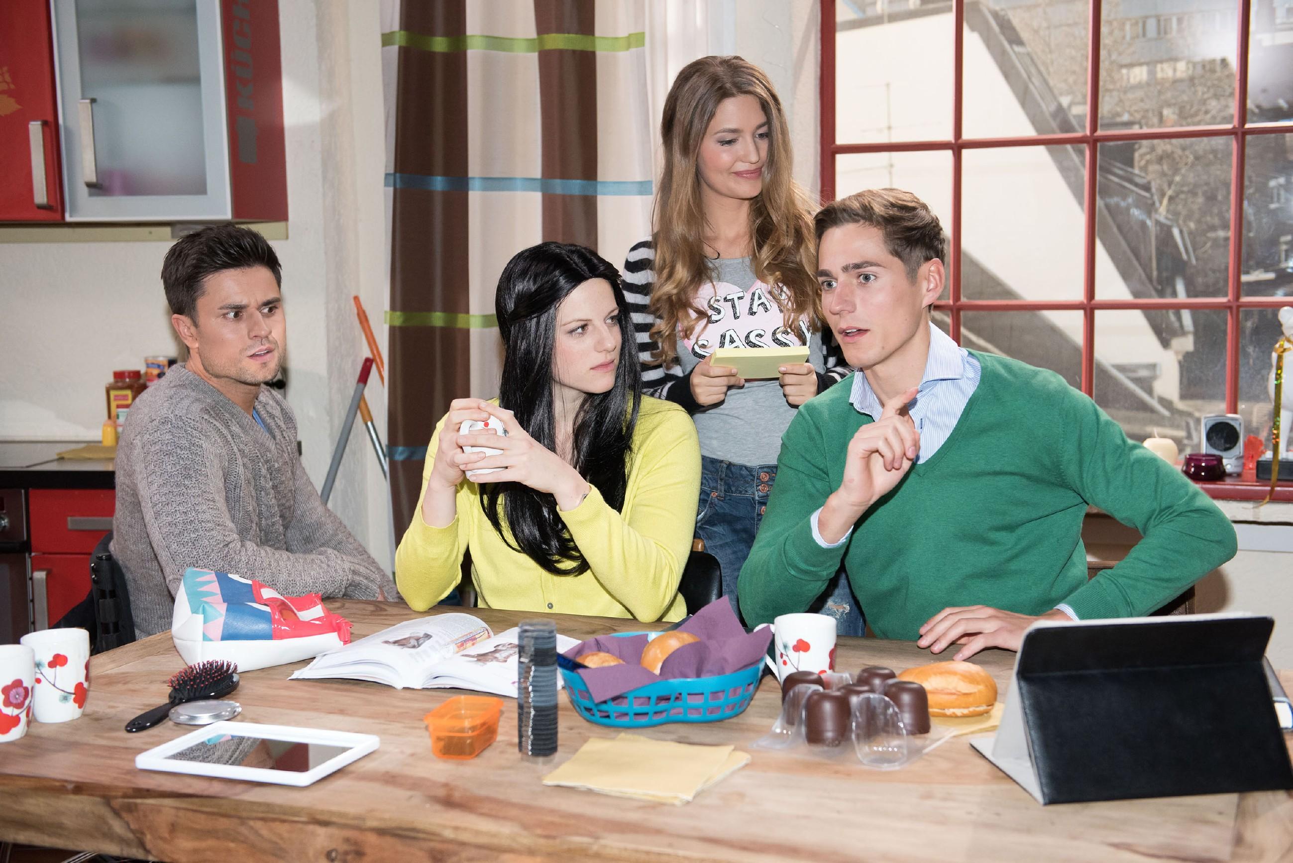 Paco (Milos Vukovic, l.), Jule (Amrei Haardt, r.) und Ringo (Timothy Boldt) unterstützen Elli (Nora Koppen) bei dem Plan, für Sina eine Uni-Prüfung abzulegen. (Quelle: RTL / Stefan Behrens)