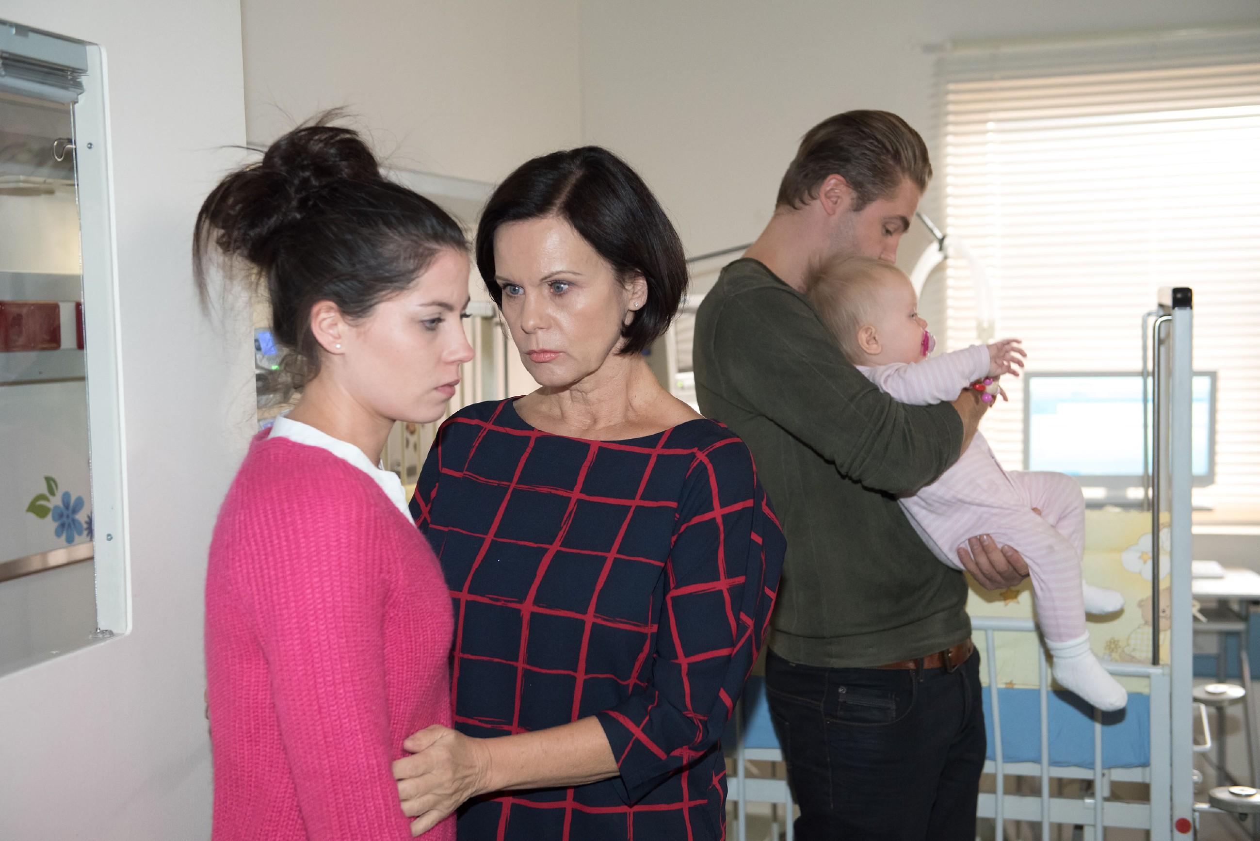 Im Gegensatz zu Bambi (Benjamin Heinrich) erkennt Irene (Petra Blossey, M.), dass Sinas (Valea Katharina Scalabrino, l.) Kampfgeist langsam der nackten Angst um Baby Amelie (Pia Kliesow) weicht... (Quelle: RTL / Stefan Behrens)
