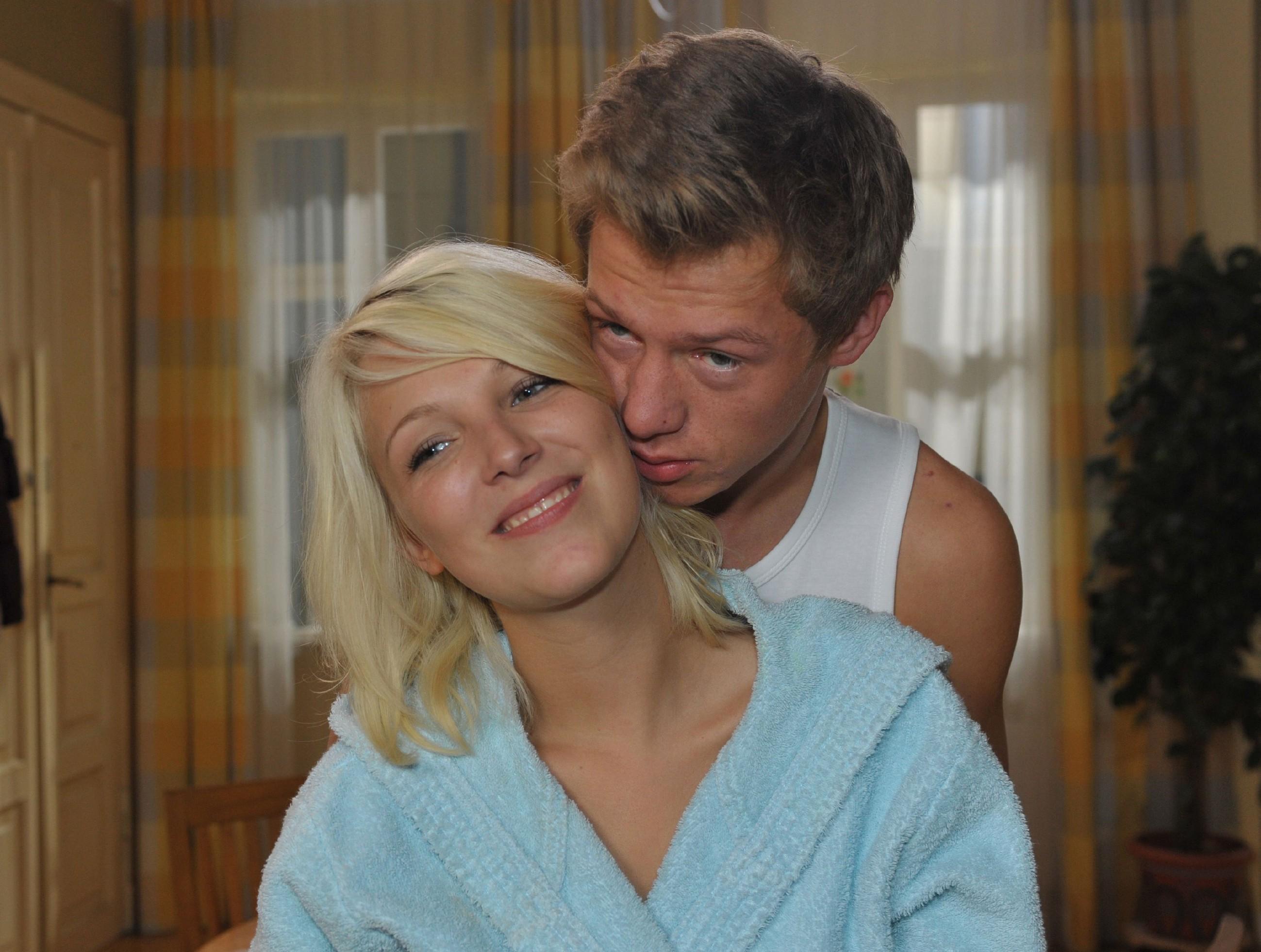 Vince (Vincent Krüger) hat es geschafft, Lilly (Iris Mareike Steen) von ihren Zukunftssorgen abzulenken.