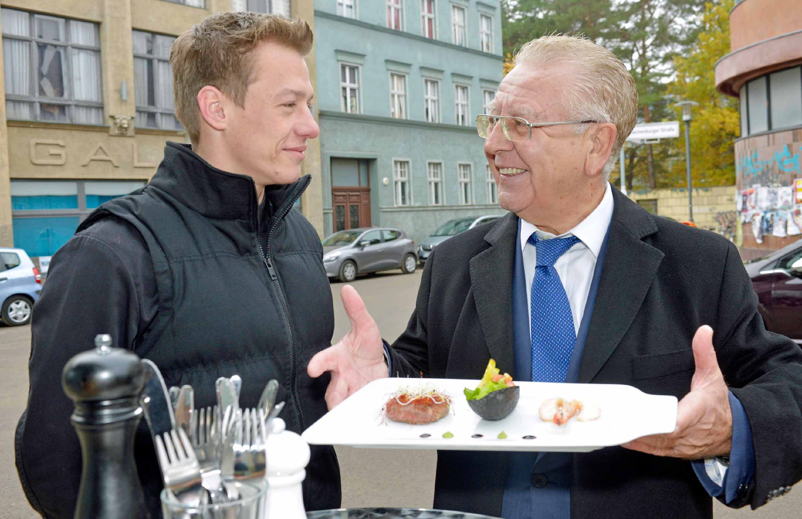 Vince (Vincent Krüger) schafft es, den Gastronomiekritiker Heinz Horrmann (r.) mit seiner mobilen Küche zu beeindrucken.