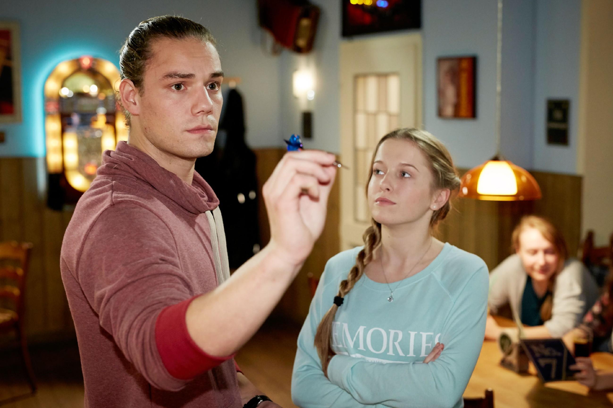 Flo (Julia Albrecht) versucht Leo (Julian Bayer) klarzumachen, dass Marie ihn liebt. (Quelle: RTL / Guido Engels)