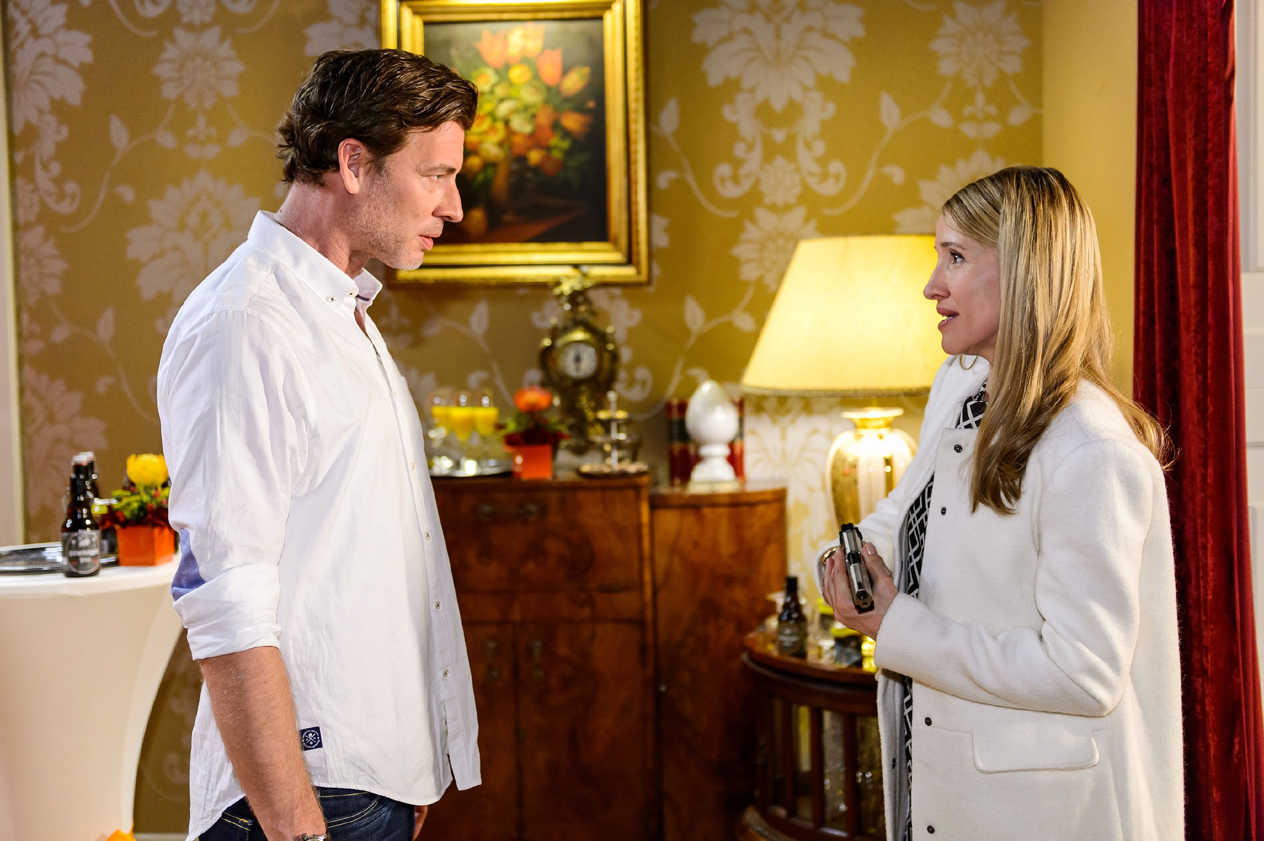 Nachdem es Christoph (Lars Korten) gelungen ist, Vanessa und die anderen Gäste aus Sylvies (Solveig August) Schusslinie zu holen, gesteht er ihr, dass er nicht mehr sie, sondern Vanessa liebt... (Quelle: RTL / Willi Weber)