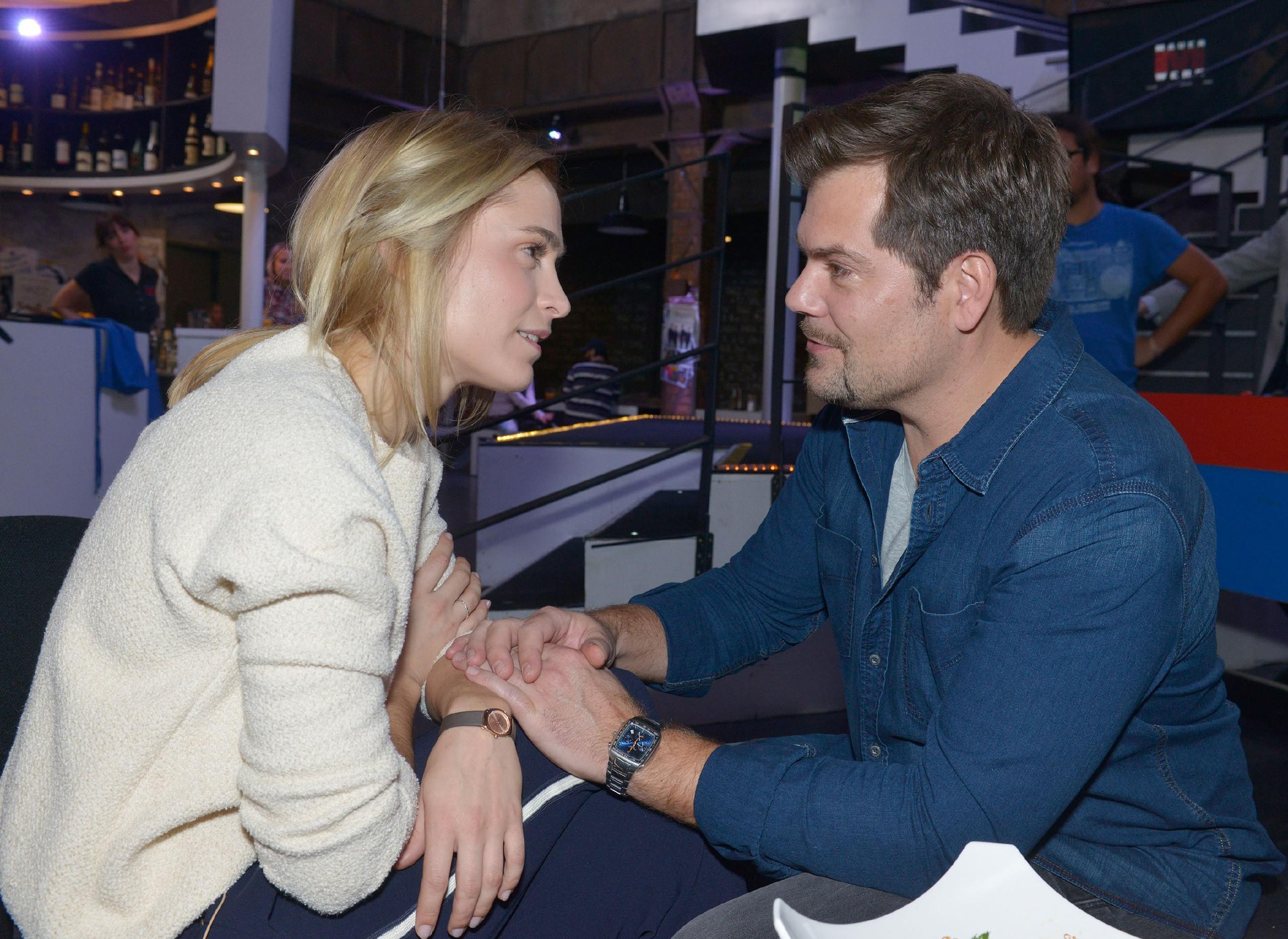 Leon (Daniel Fehlow) kämpft um Sophies (Lea Marlen Woitack) Vertrauen. (Quelle: RTL / Rolf Baumgartner)