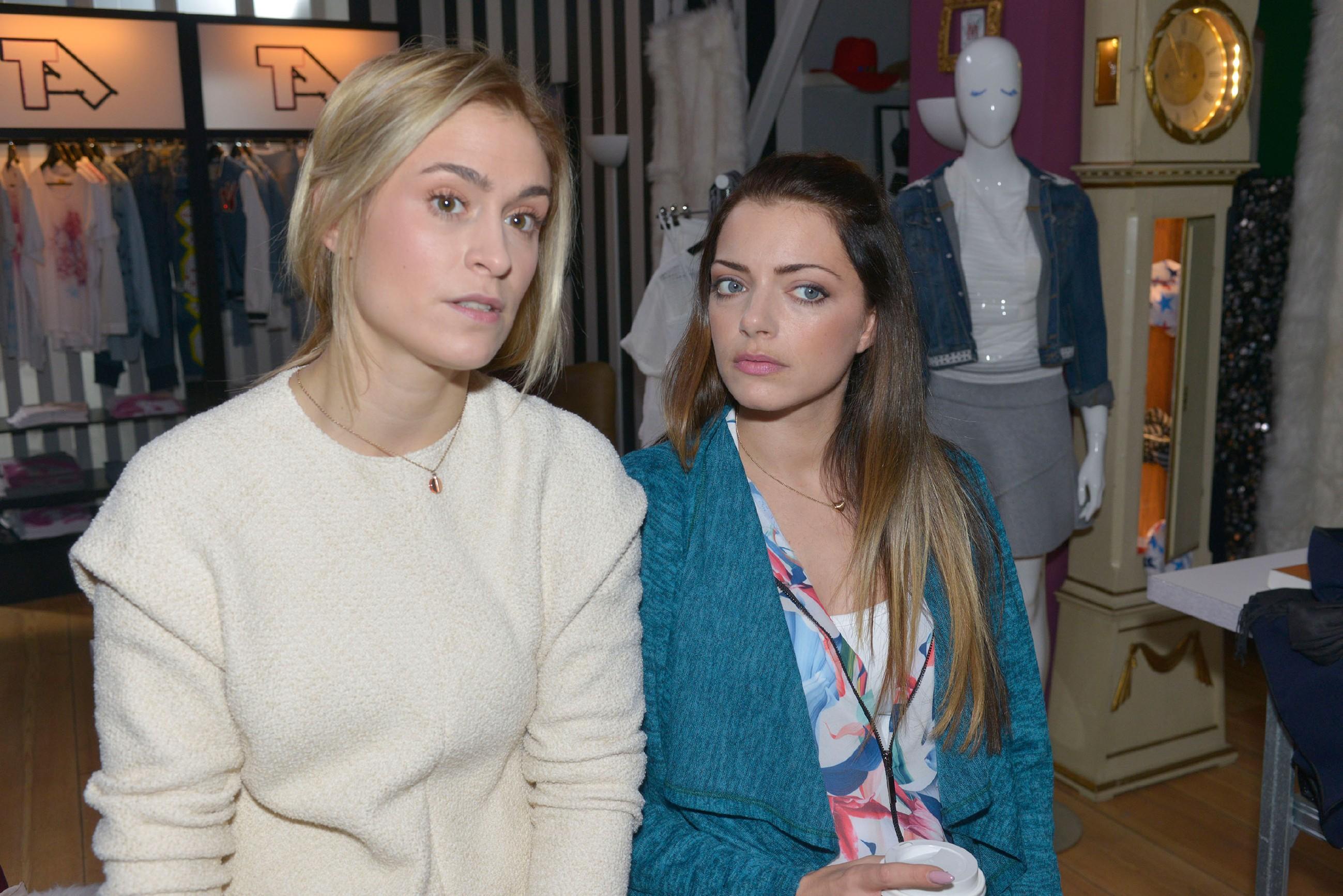 Sophie (Lea Marlen Woitack, l.) will gegenüber Emily (Anne Menden) keine Zweifel an Leon aufkommen lassen. (Quelle: RTL / Rolf Baumgartner)