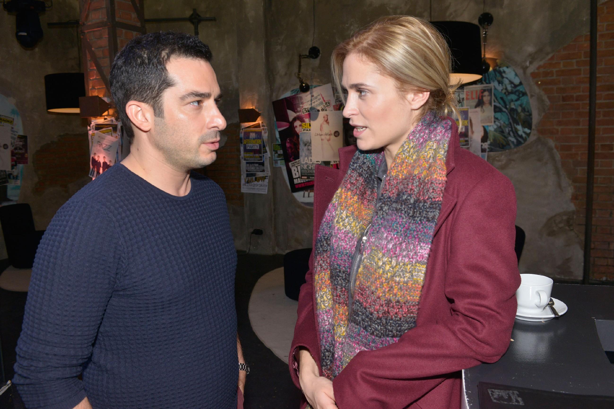 Sophie (Lea Marlen Woitack) befürchtet, dass Leon und Maren eine Affäre haben, doch Tayfun (Tayfun Baydar) kann sich nicht vorstellen, dass Leon Sophie betrügt. (Quelle: RTL / Rolf Baumgartner)