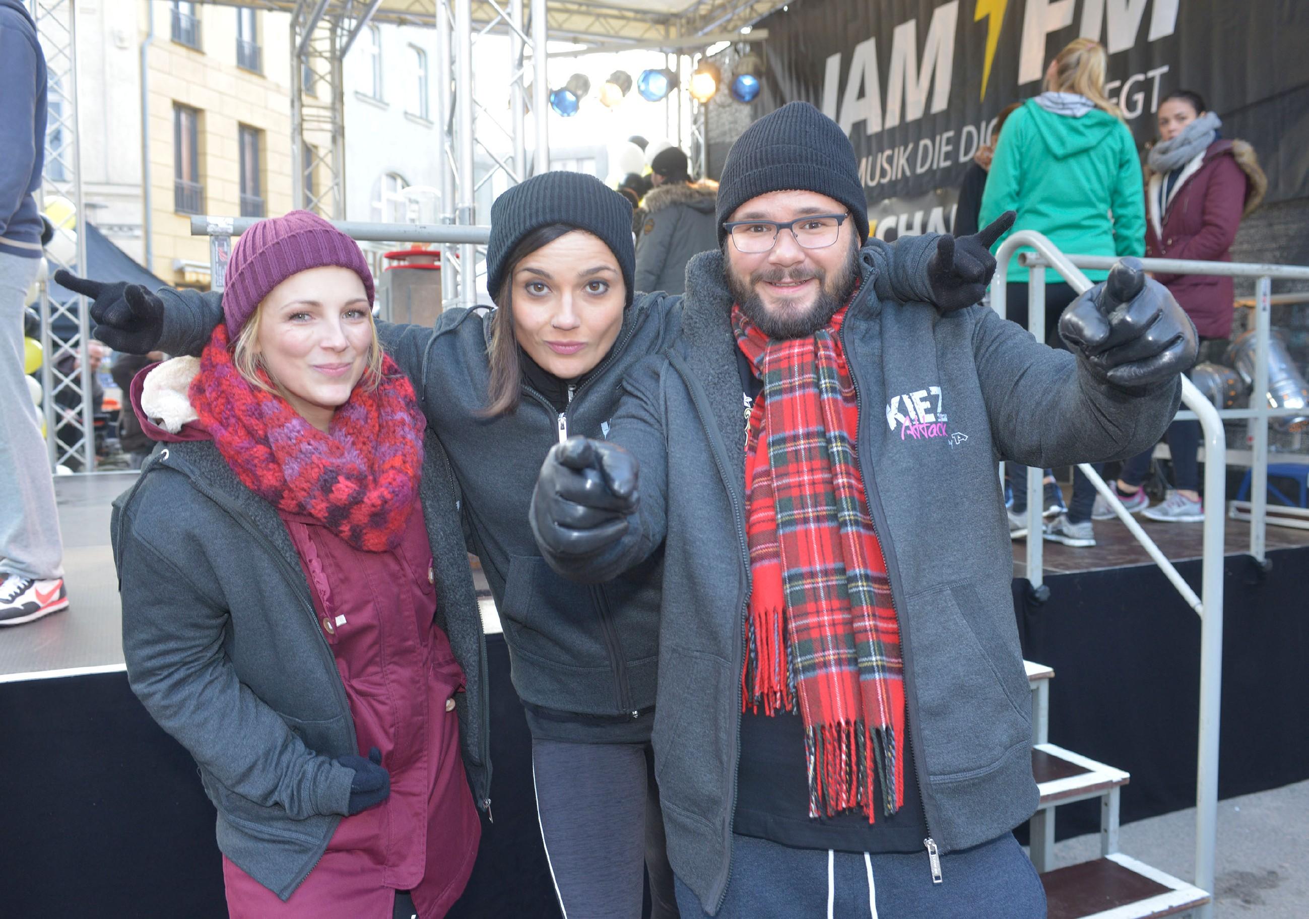 Lilly (Iris Mareike Steen, l.), Anni (Linda Marlen Runge) und Tuner (Thomas Drechsel) schwören sich auf die Kiez-Challenge ein. (Quelle: RTL / Rolf Baumgartner)