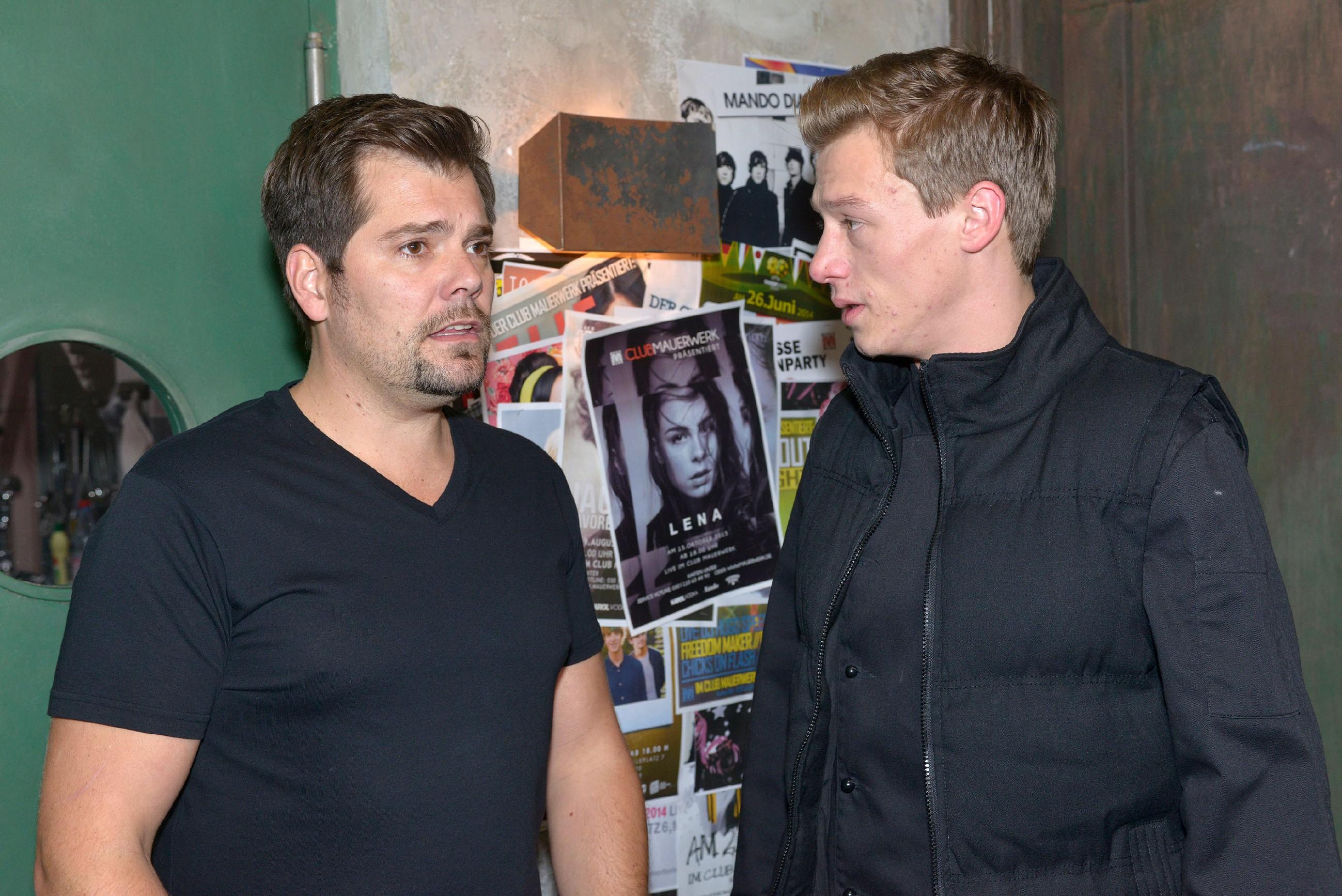 Vince (Vincent Krüger, r.) befürchtet, Leon (Daniel Fehlow) die Chance auf gute Publicity fürs Mauerwerk genommen zu haben, doch der reagiert zunächst überraschend locker...