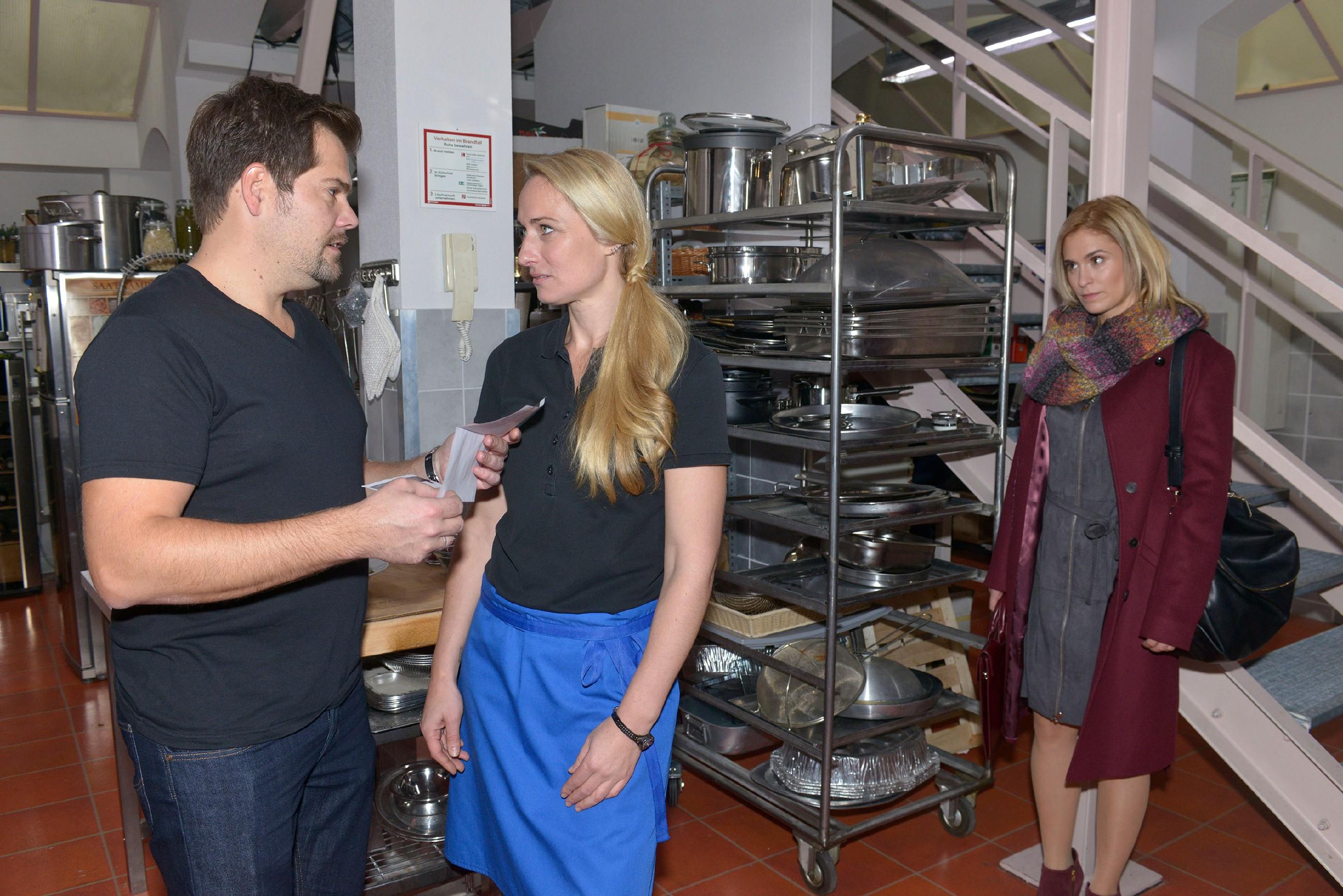 Sophie (Lea Marlen Woitack, r.) kann ihre latente Eifersucht wegen Leon (Daniel Fehlow) und Maren (Eva Mona Rodekirchen) nicht ganz abstreifen. (Quelle: RTL / Rolf Baumgartner)