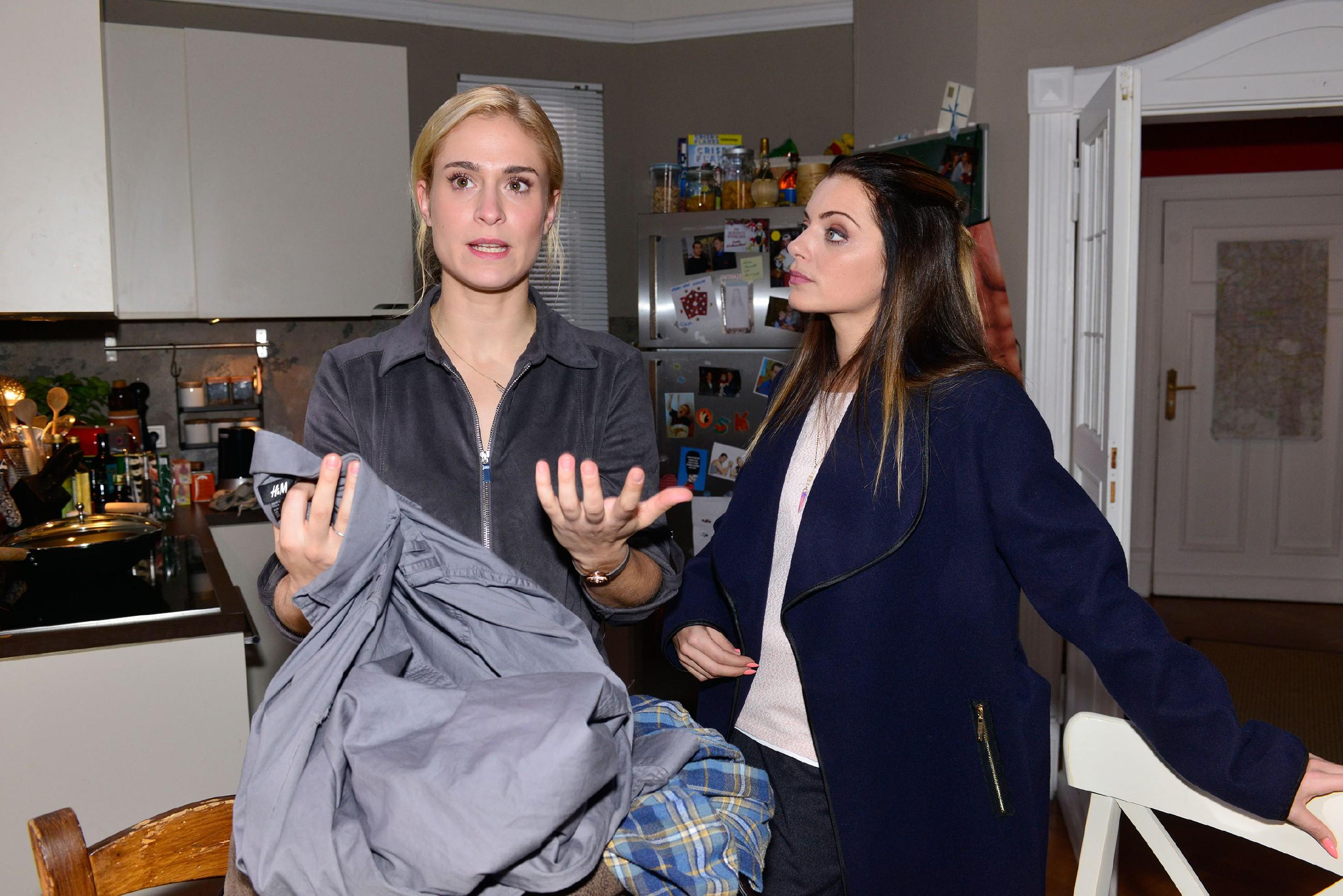 Sophie (Lea Marlen Woitack, l.) erzählt Emily (Anne Menden) von ihrem Verdacht, dass Leon ihr untreu sein könnte. (Quelle: RTL / Rolf Baumgartner)