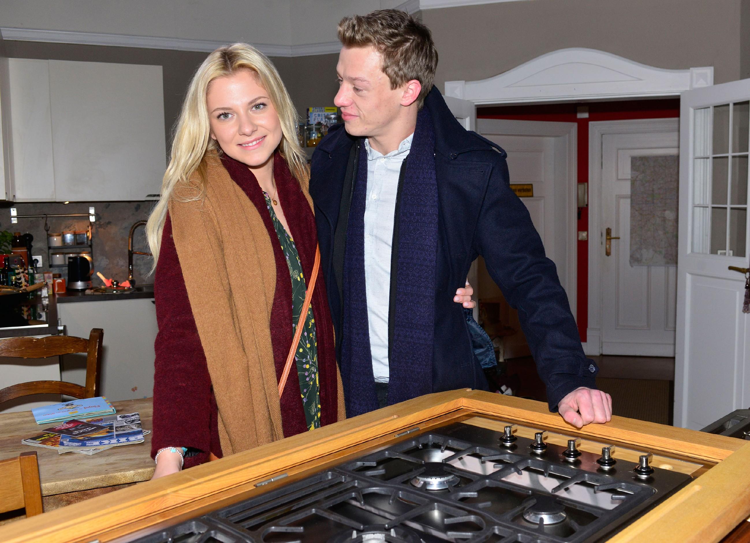 Vince (Vincent Krüger) ist Feuer und Flamme für seine Live-Cooking-Idee und erzählt Sunny (Valentina Pahde) von seinem Plan, mit seiner mobilen Kochstation durchzustarten.